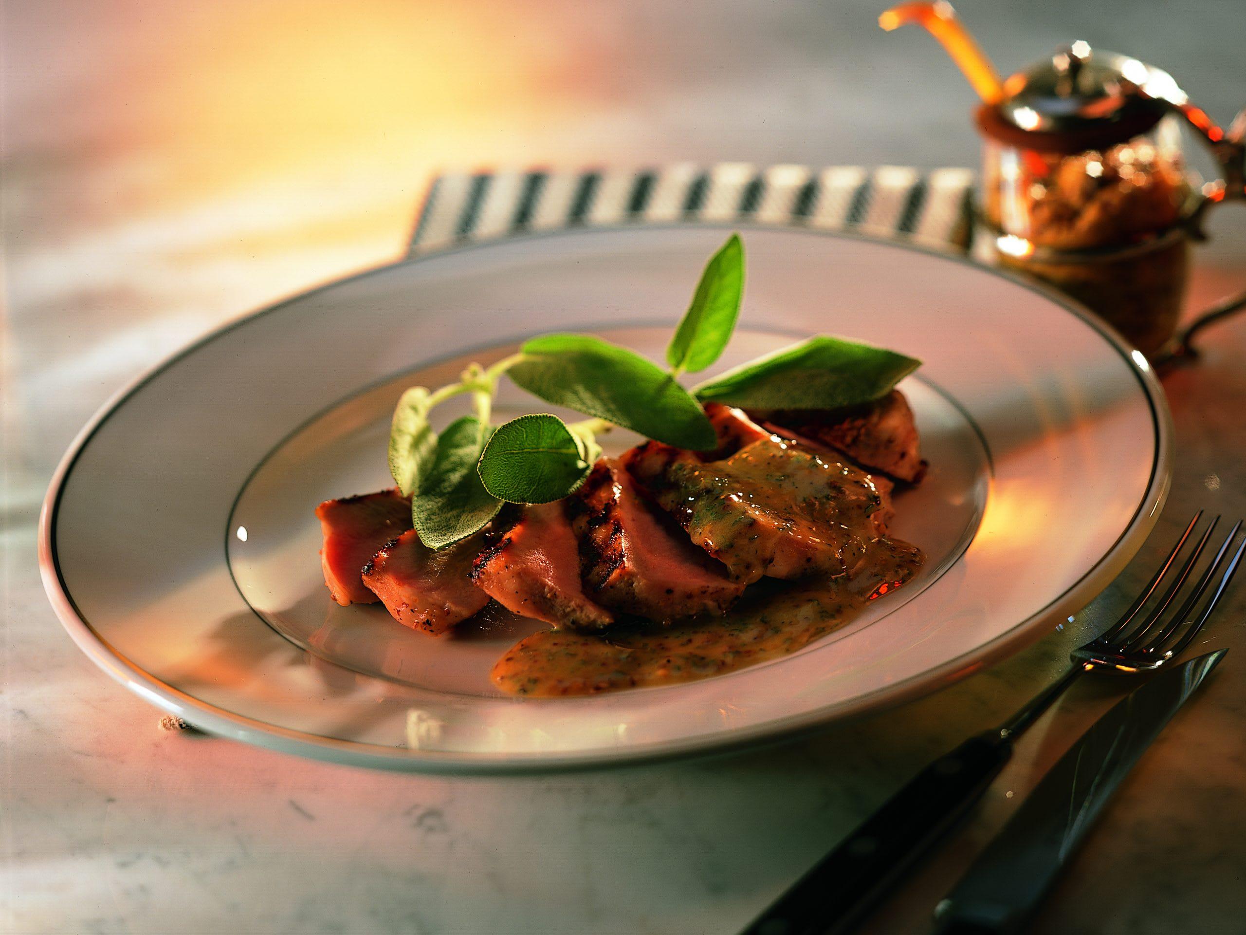 Steaks de porc grillés au beurre de sauge