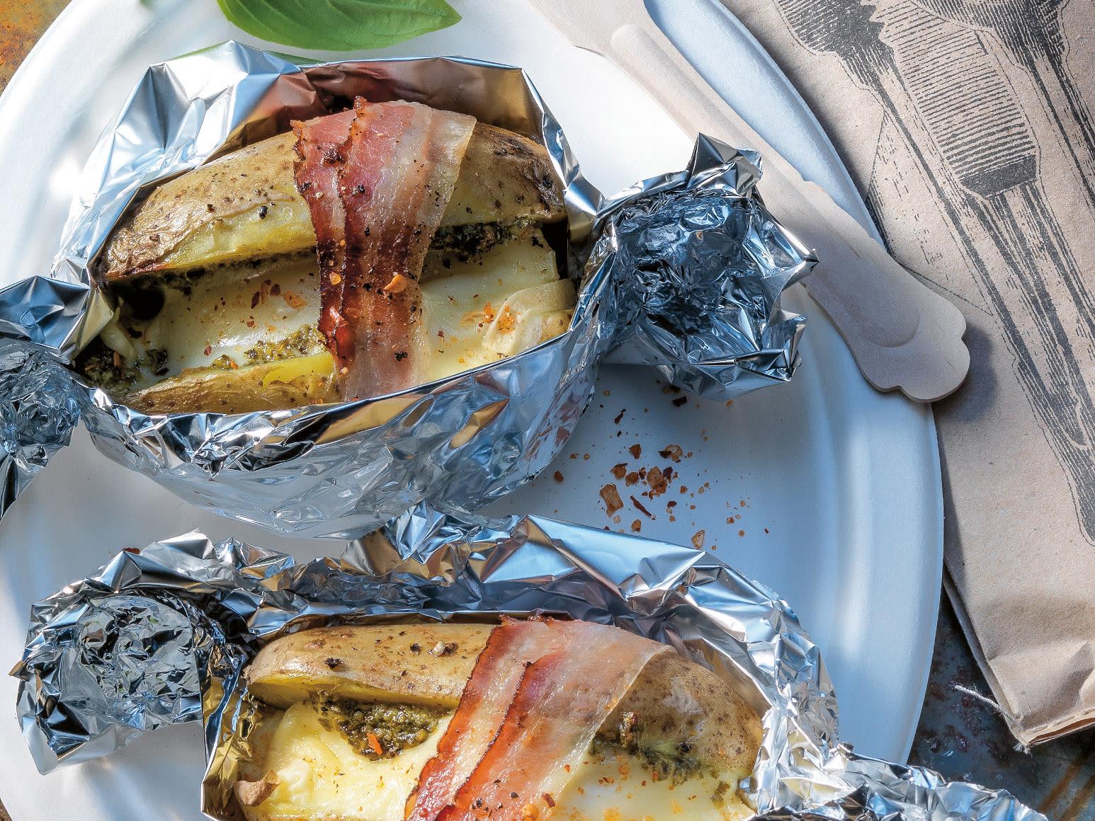 Grillkartoffeln mit Raclette, Pesto und Speck