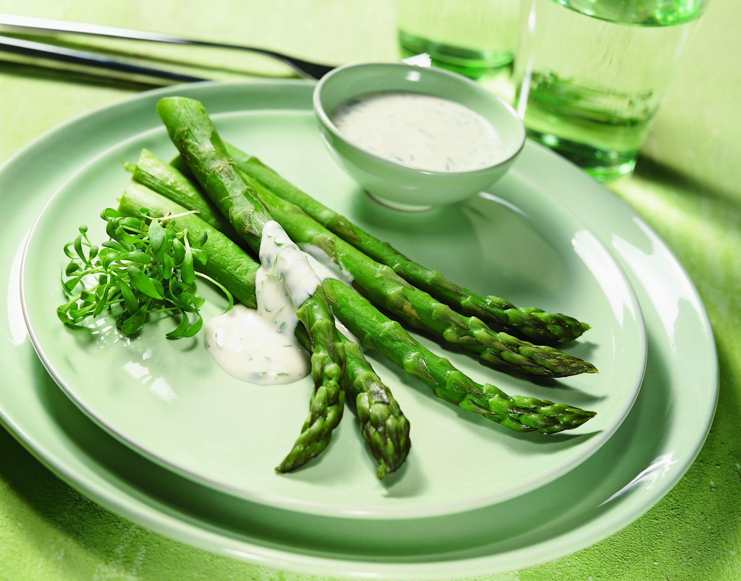 Asperges vertes et sauce au fromage et au cresson