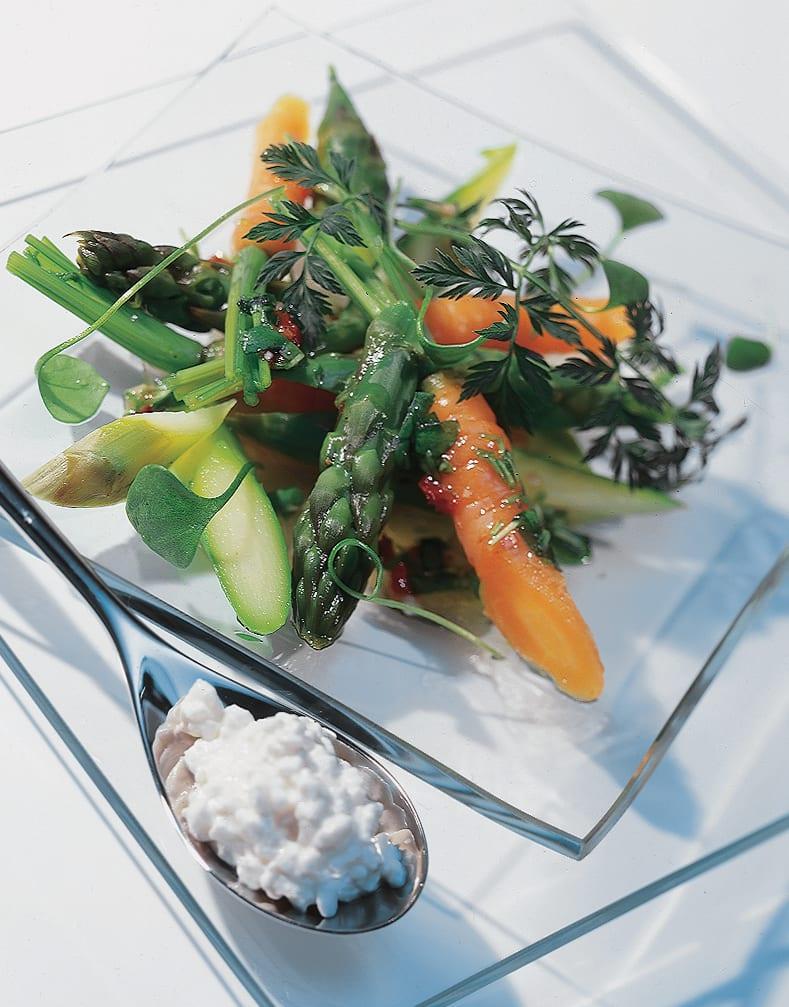 Asperges vertes et carottes en vinaigrette avec cottage cheese