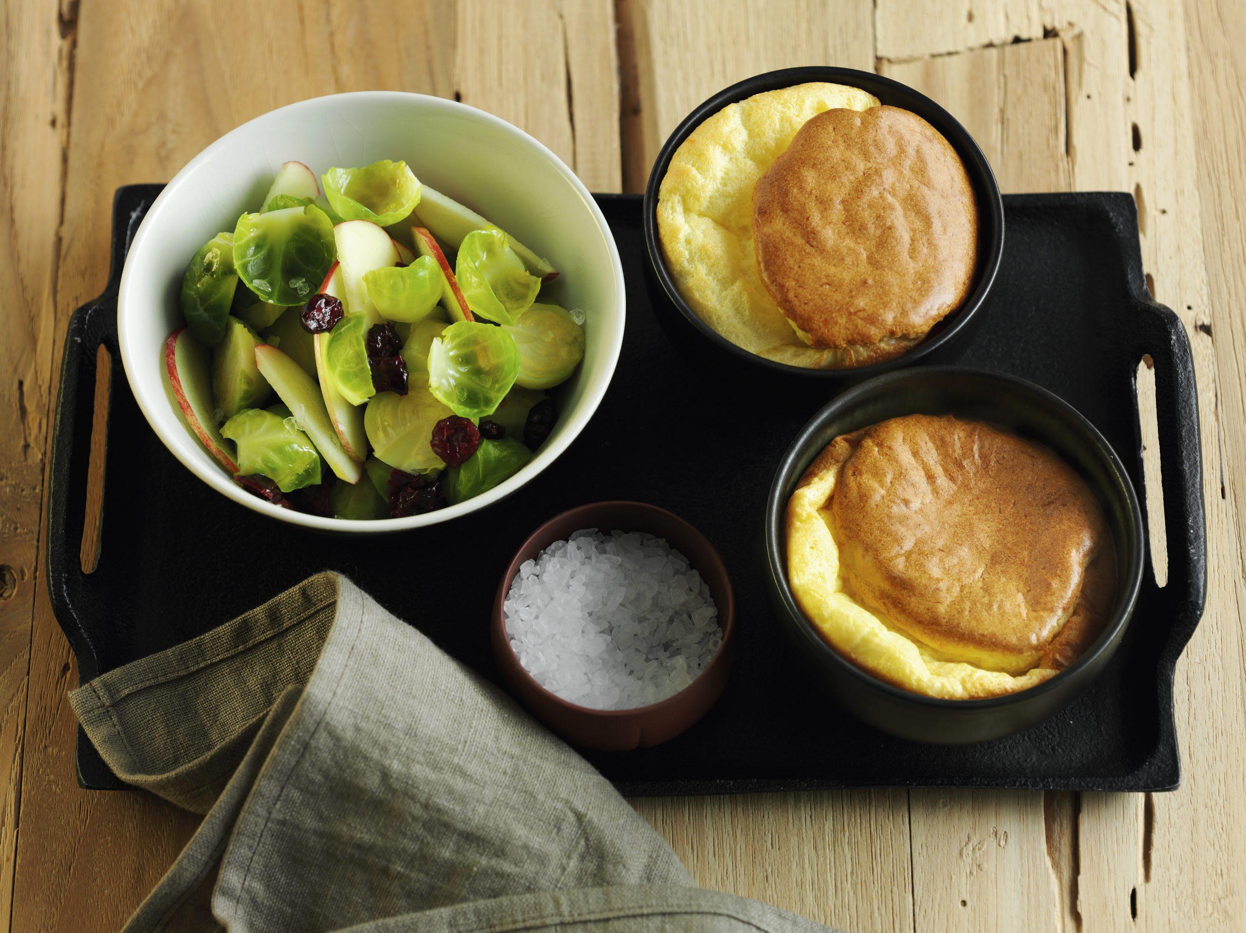 Gruyère-Soufflés mit Salat