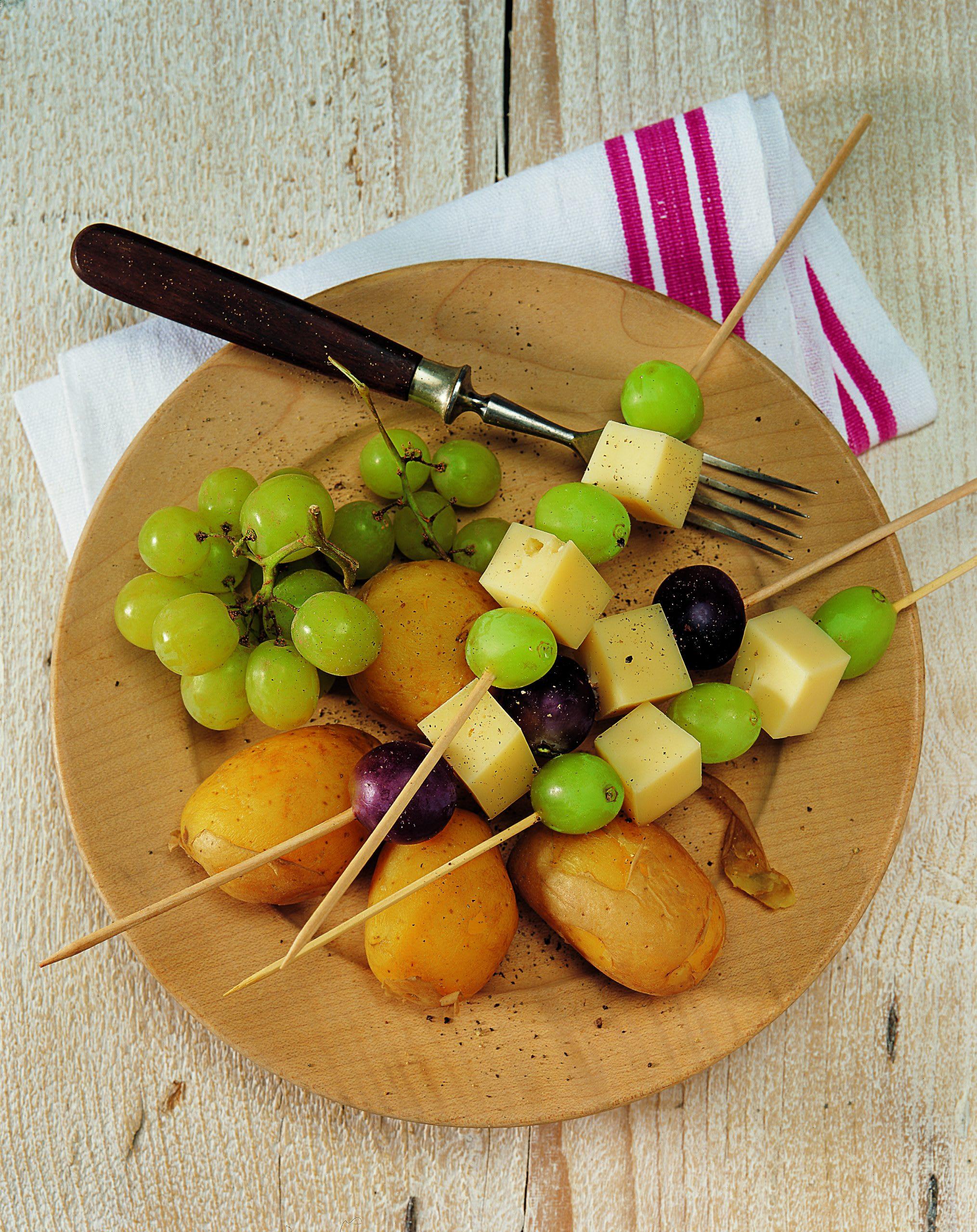 Pommes de terre en robe des champs et brochettes salé-sucré