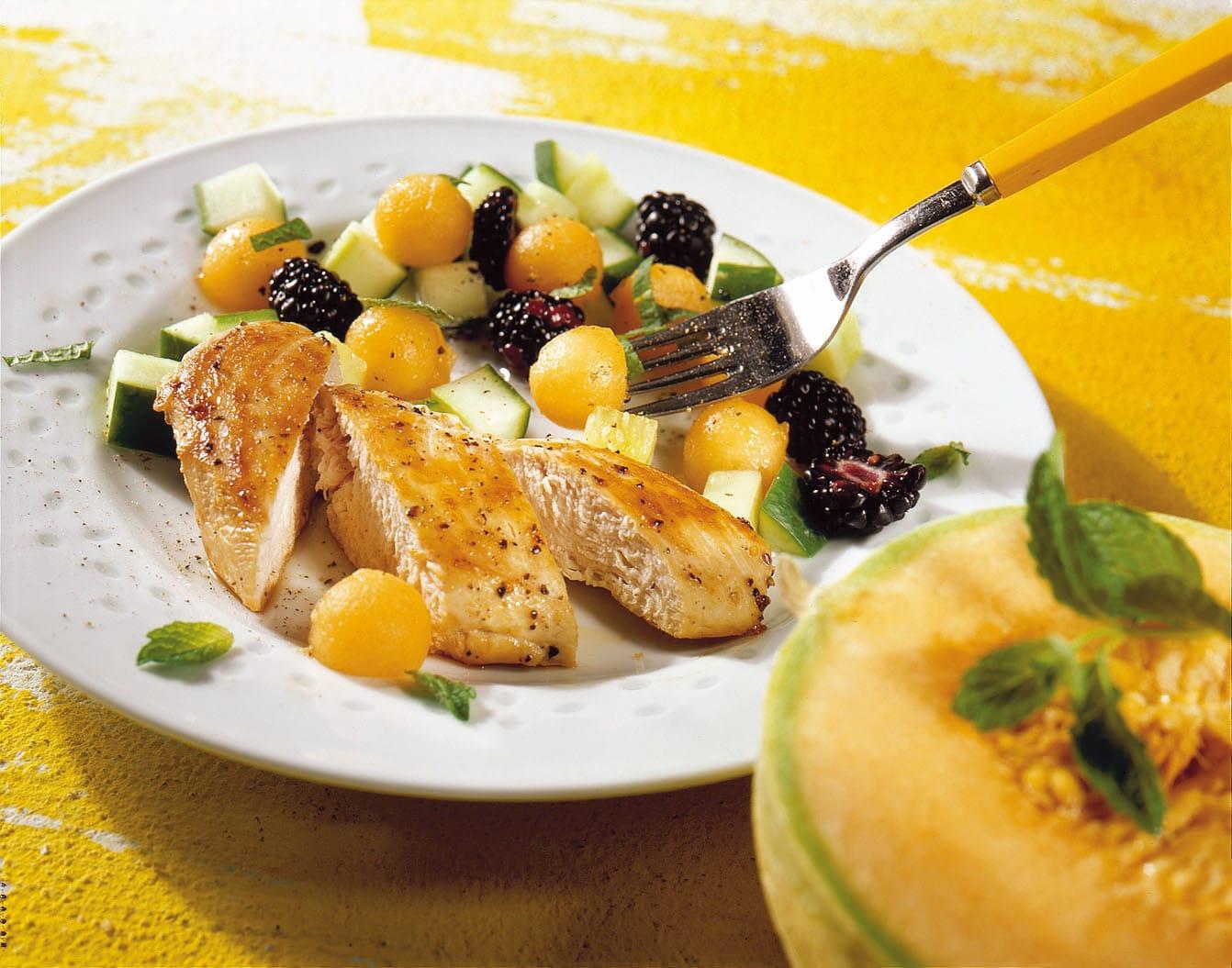 Salade de concombre, melon et mûres au poulet