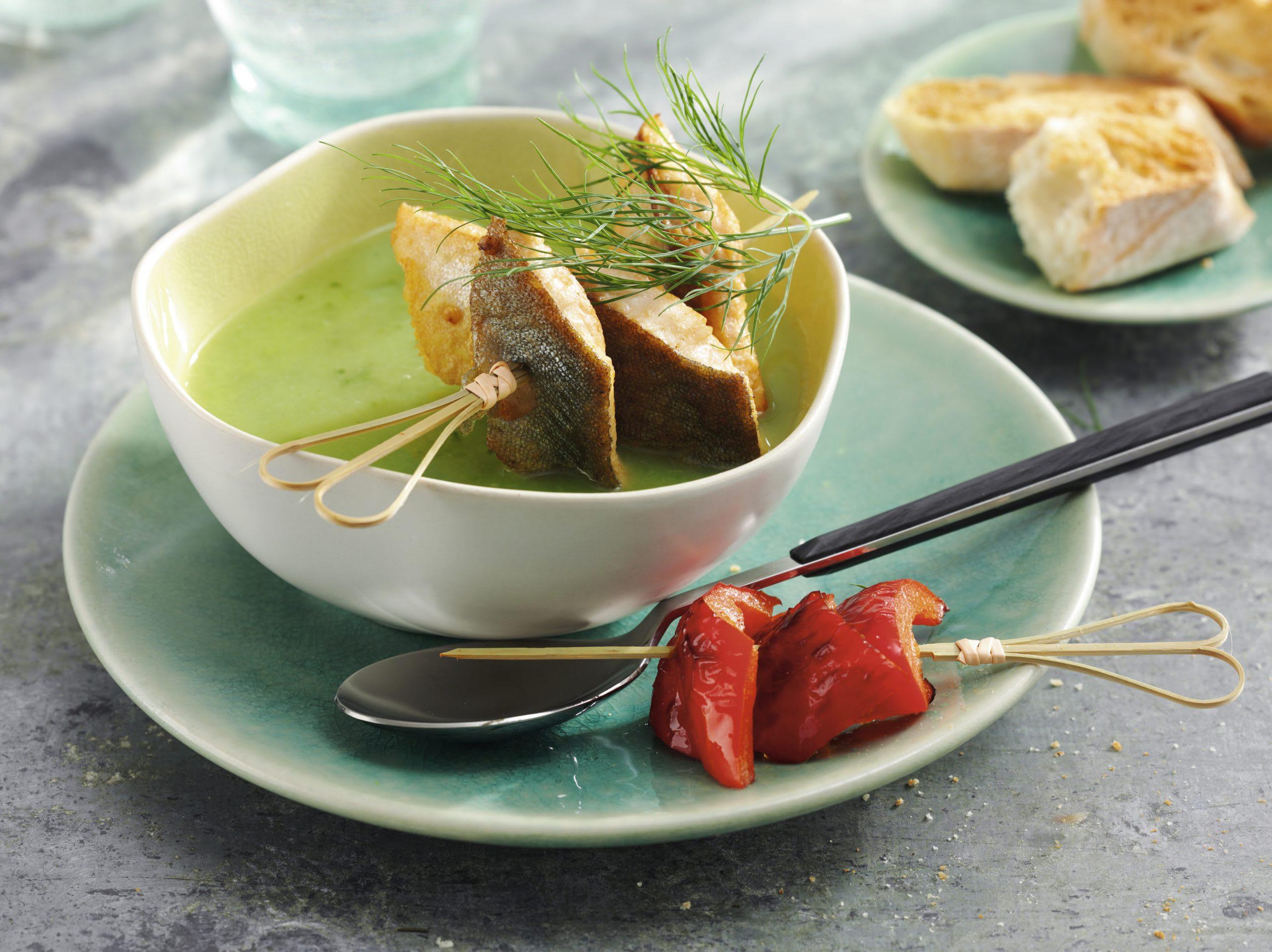 Gurken-Dill-Süppchen mit zwei Spiessli