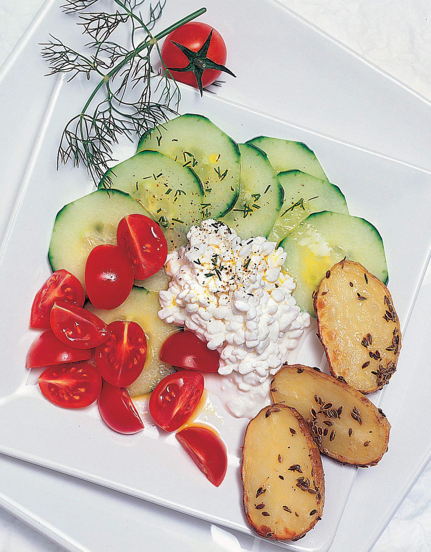 Gurken-Hüttenkäse-Salat mit Ofenkartoffeln