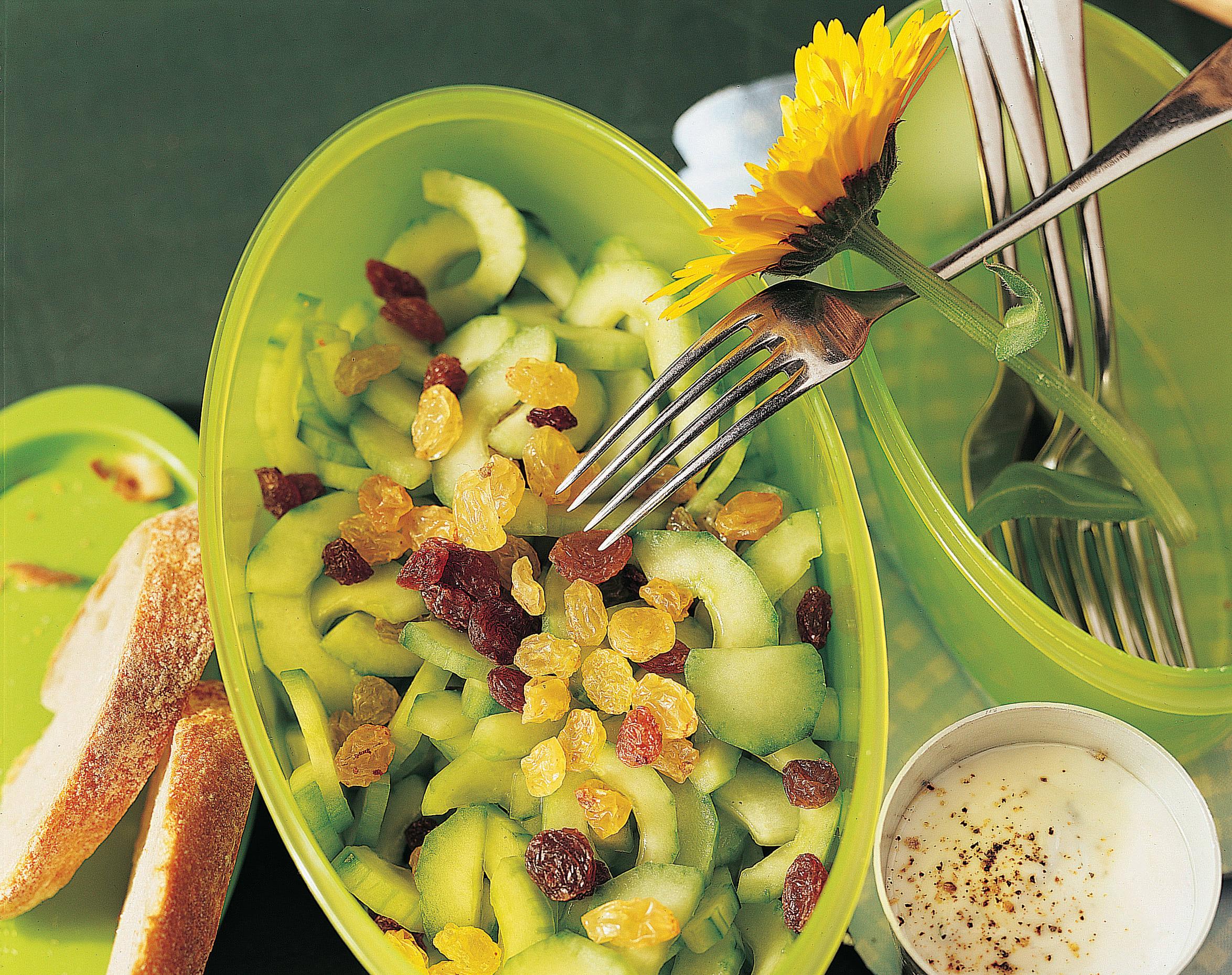 Salade de concombre aux raisins secs