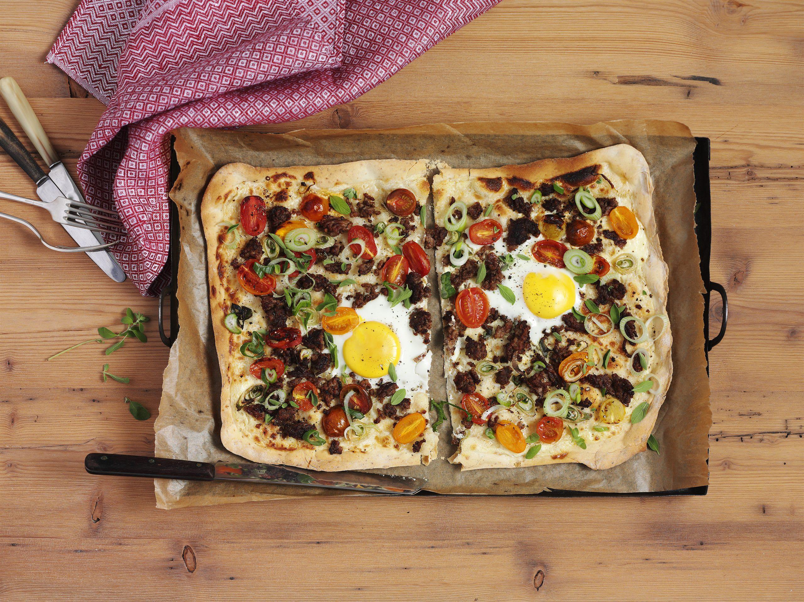 Flammekueche (tarte flambée) à la viande hachée et aux oeufs au plat