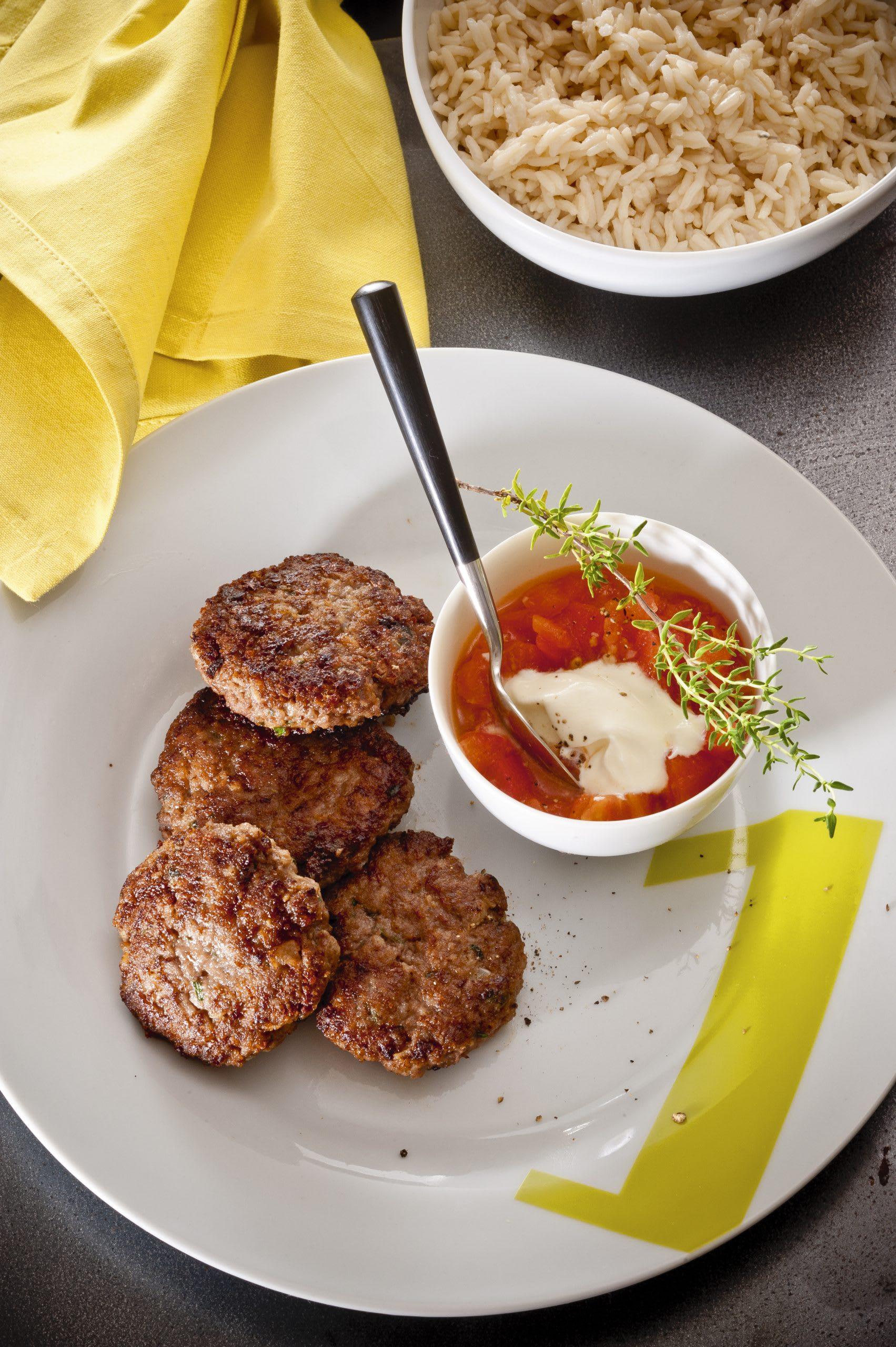 Galettes de viande hachée à la sauce tomate