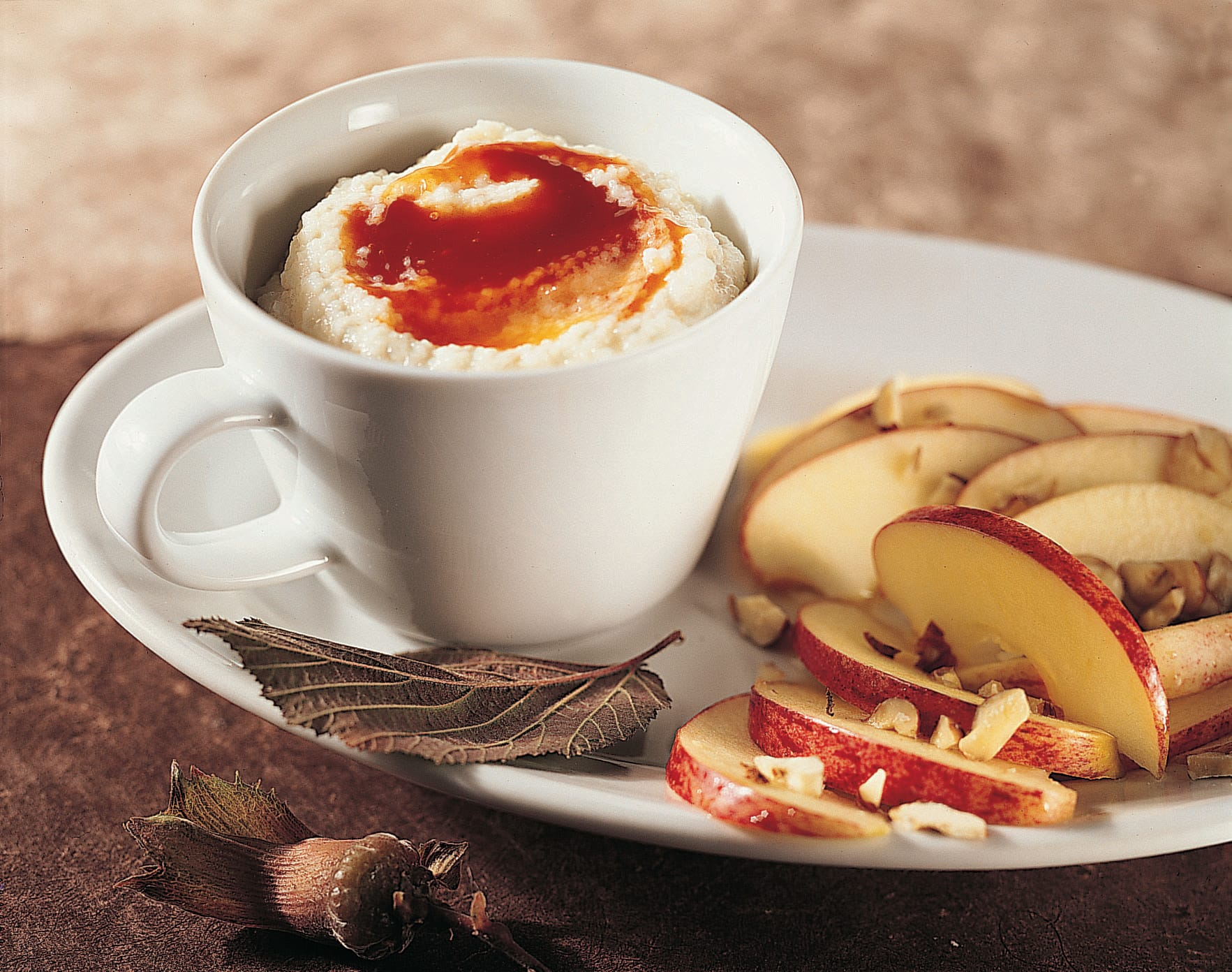Hagebutten-Griessbrei mit Apfel-Nuss-Salat