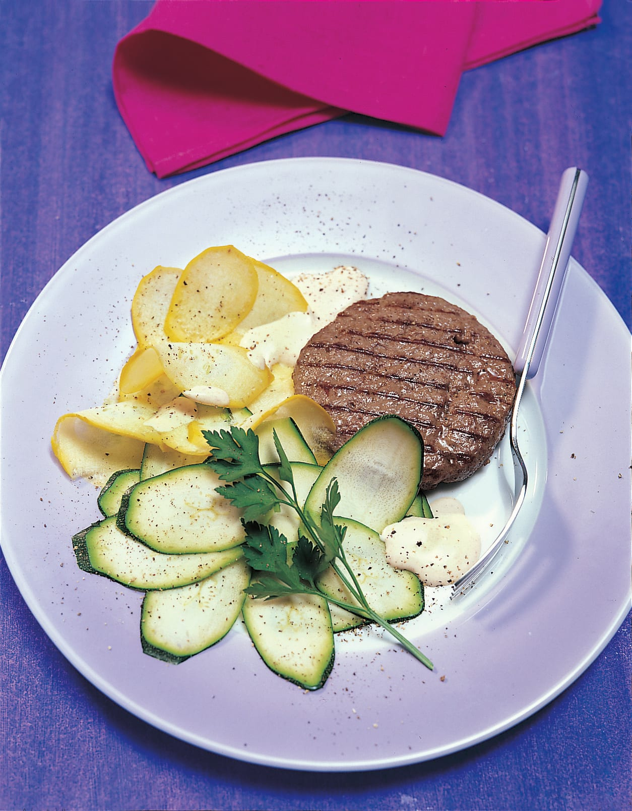 Steak haché et sa salade de courgettes au curry