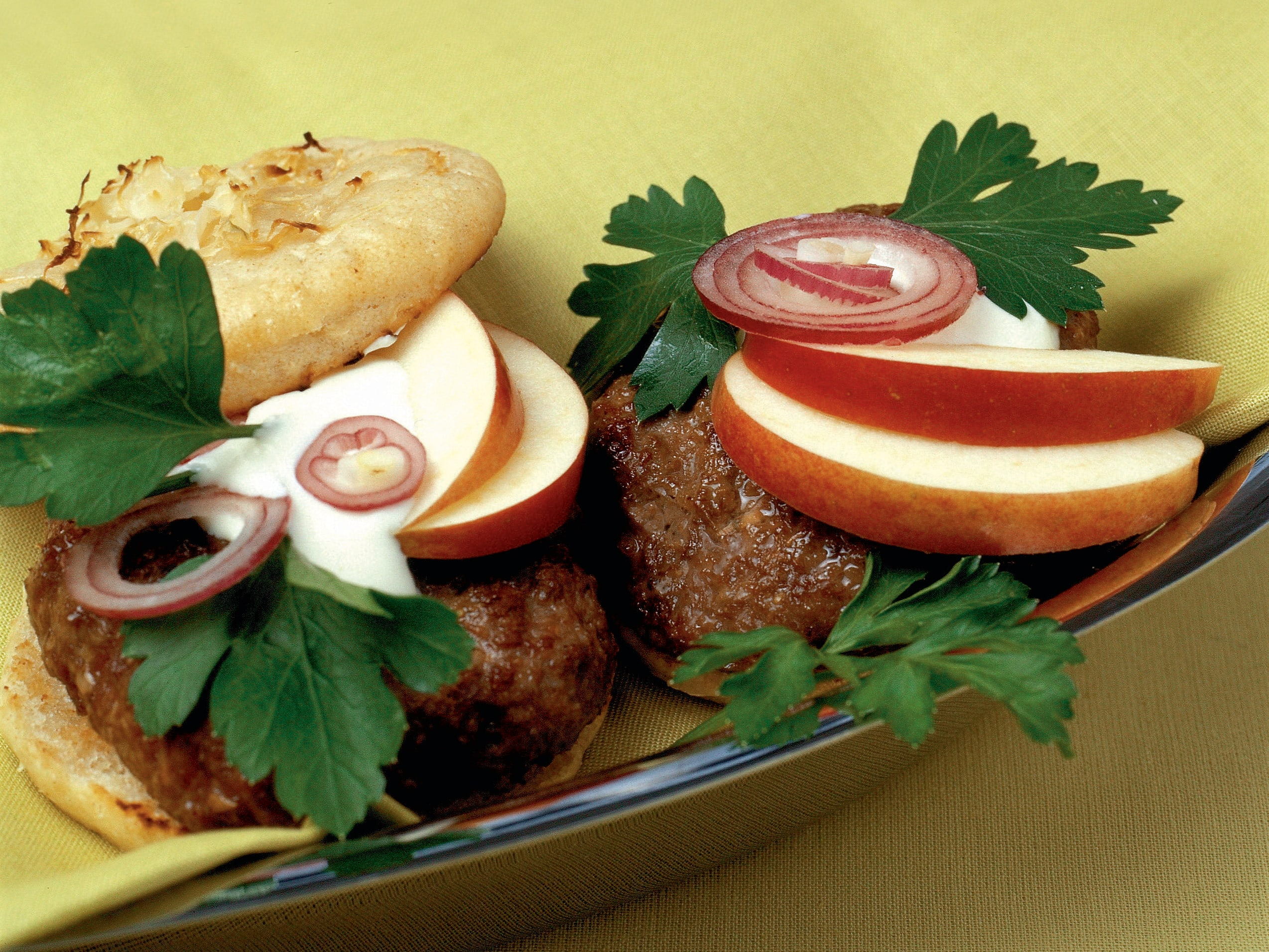 Hamburger in Sauerkrautbrötchen
