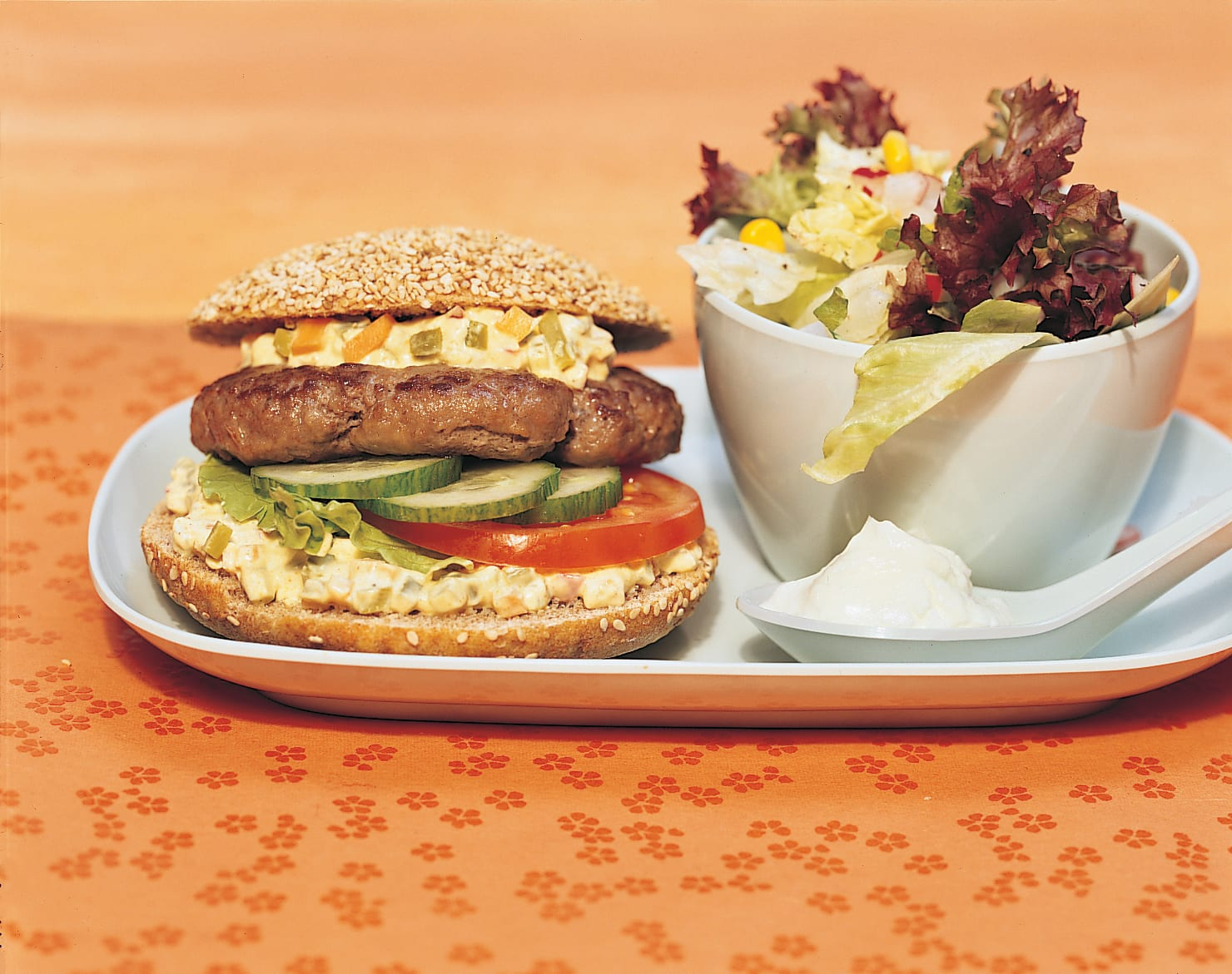 Hamburger et salade mêlée