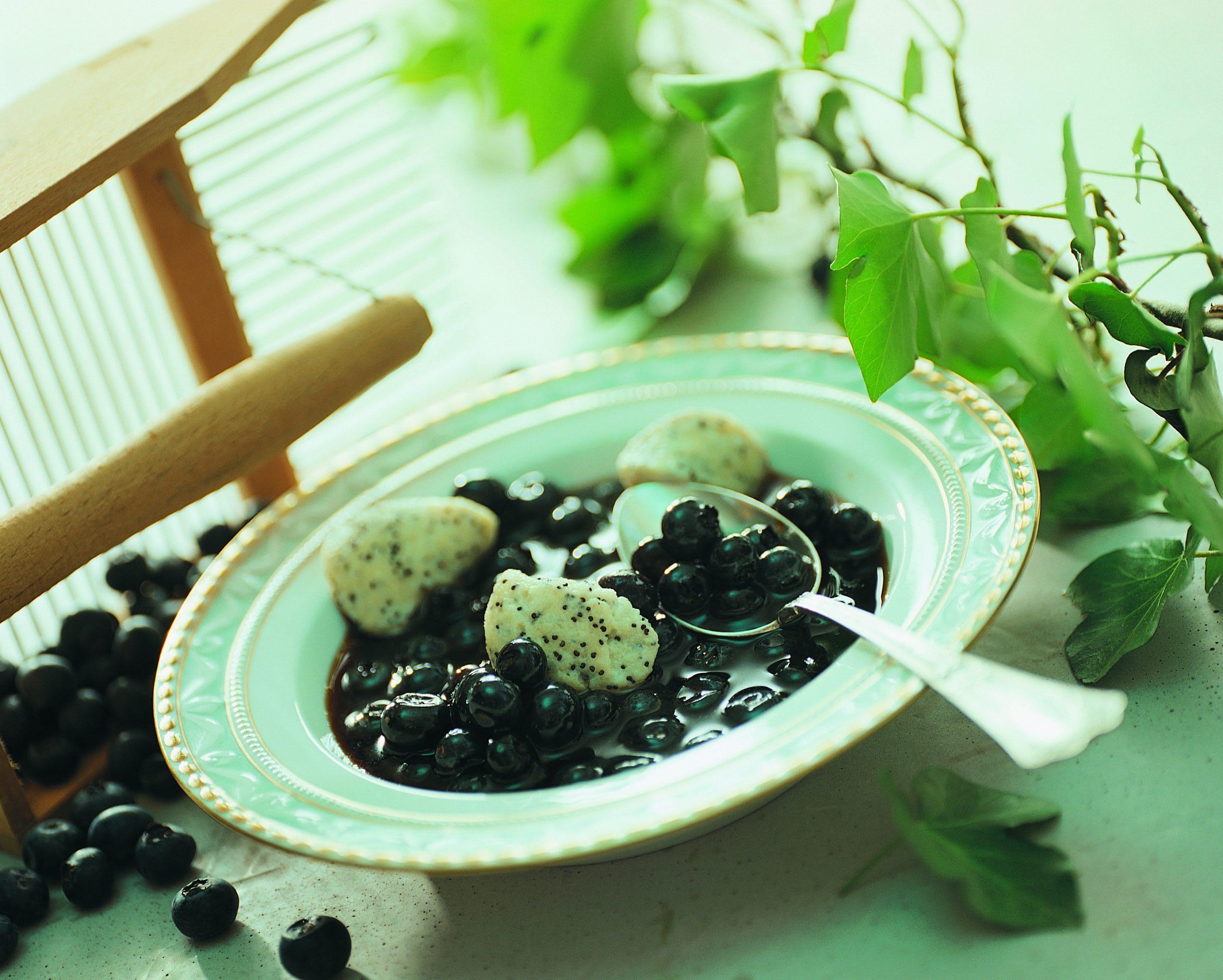 Heidelbeersuppe mit Mohn-Gnocchi