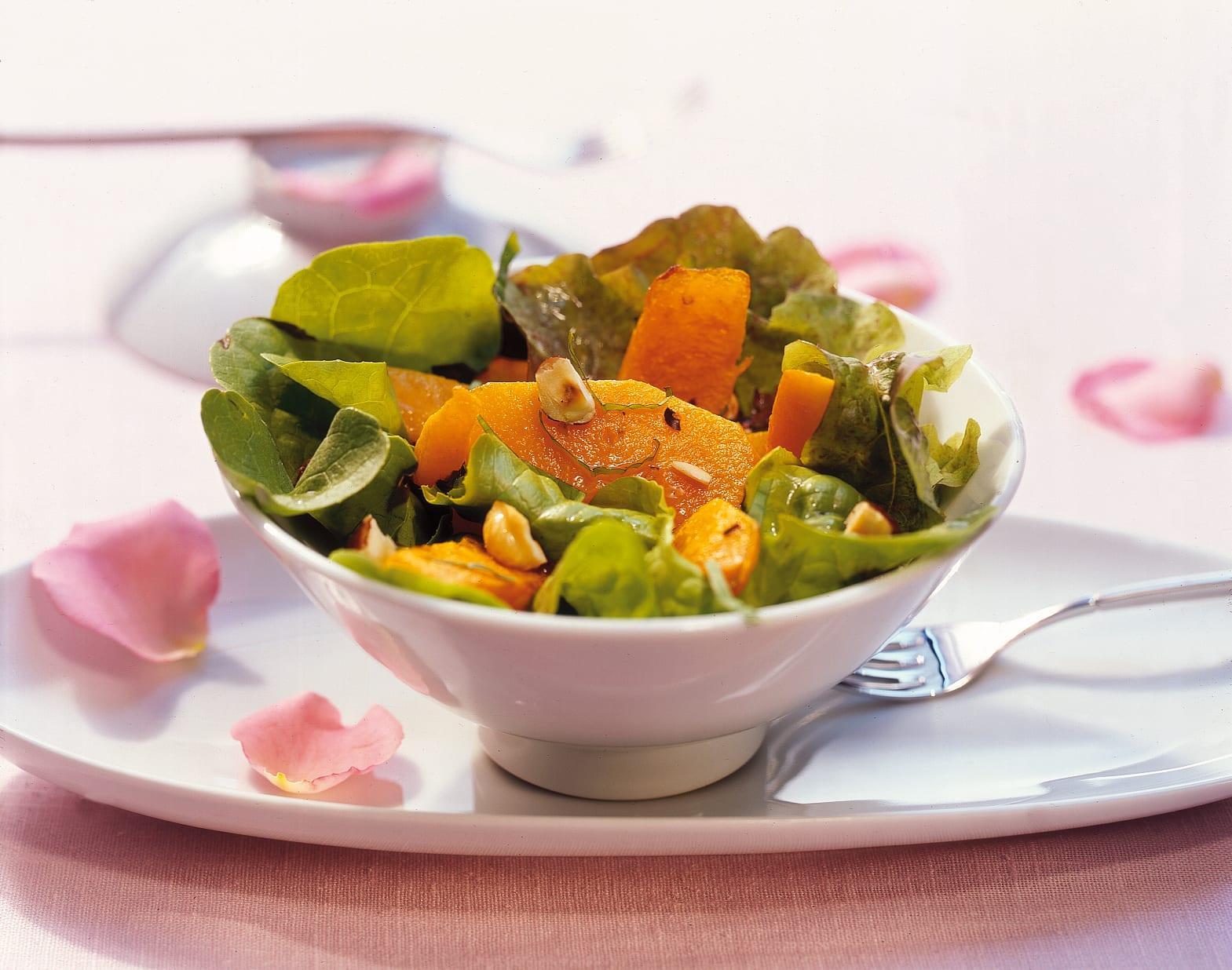 Salade d'arrière-saison à la courge et aux noisettes