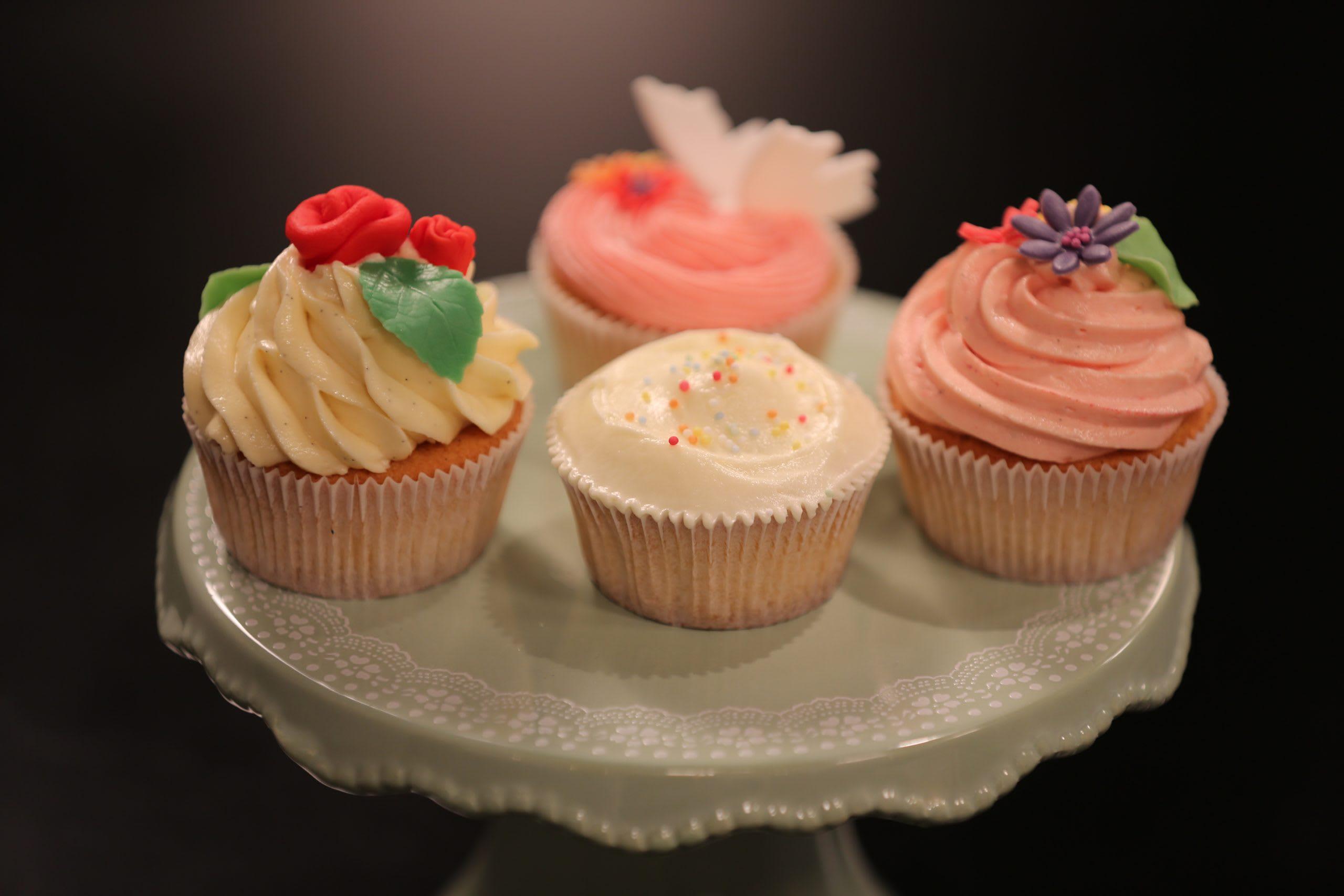 Himbeer-Cupcakes mit Frosting-Variationen