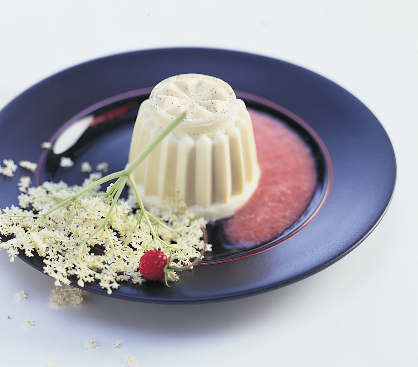 Holunderblüten-Panna-cotta mit Erdbeersauce