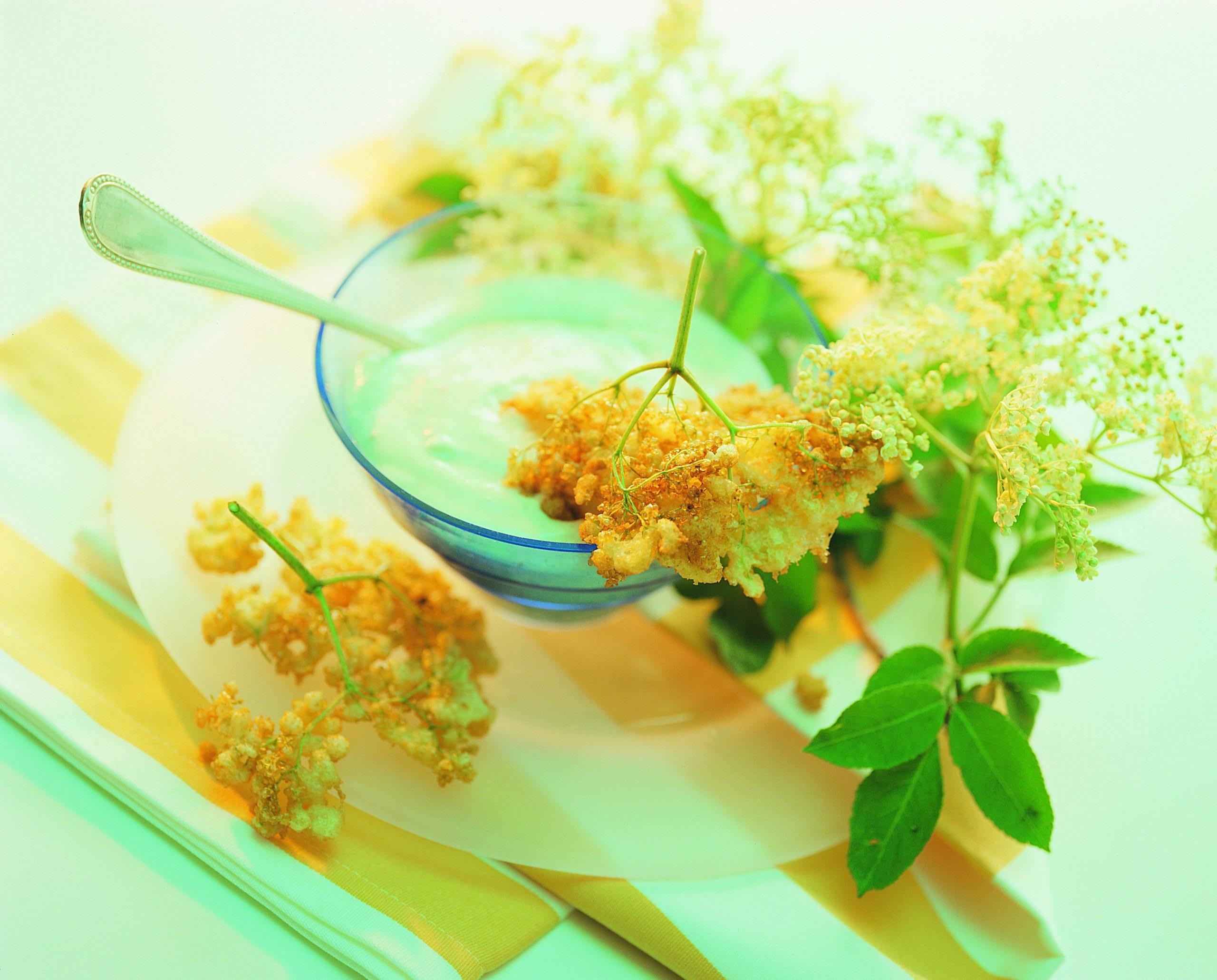 Holundercreme mit gebackenen Blüten