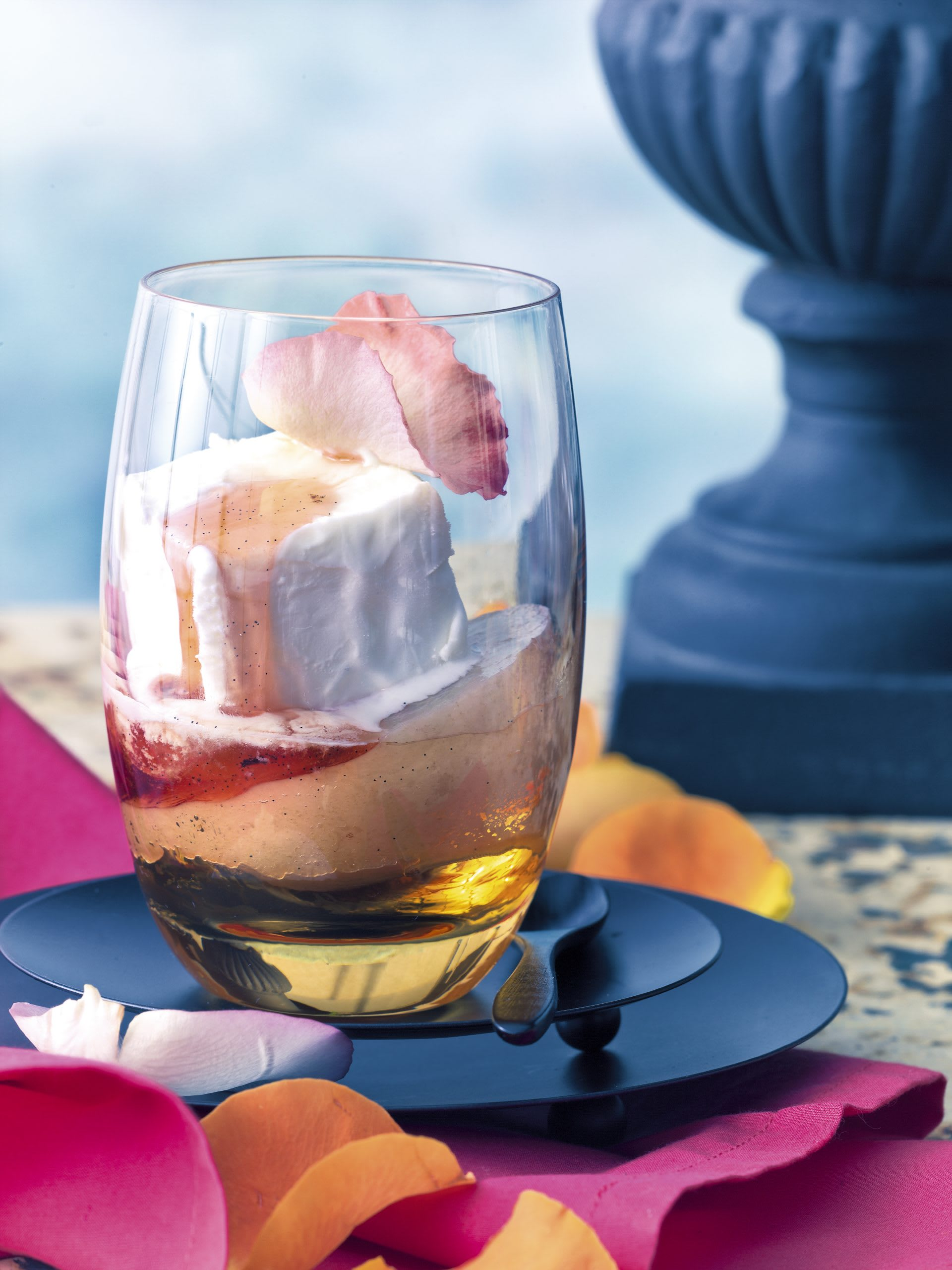 Parfait au yogourt et à la rose sur pêche au vin