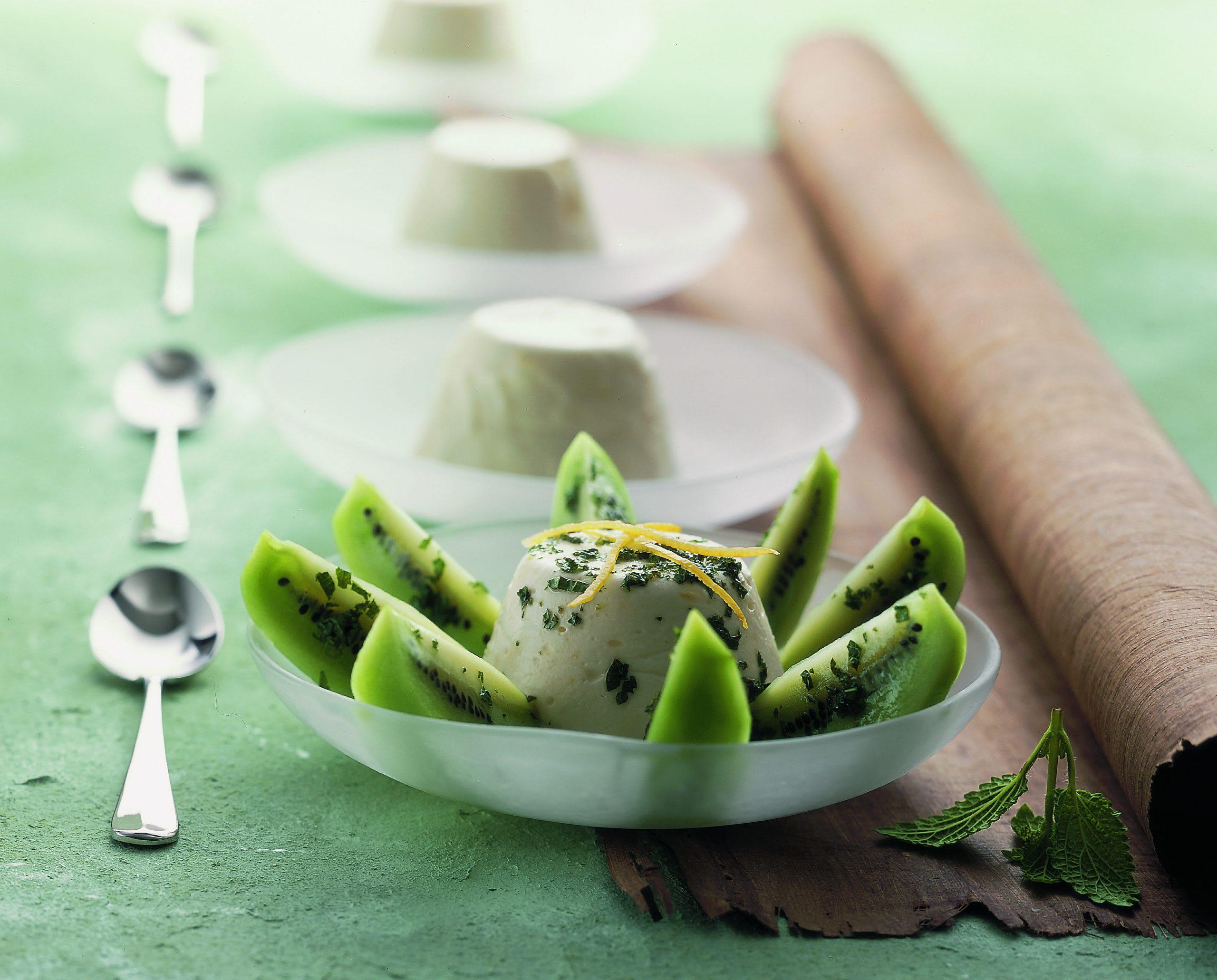 Joghurtköpfchen auf Kiwi-Rosette