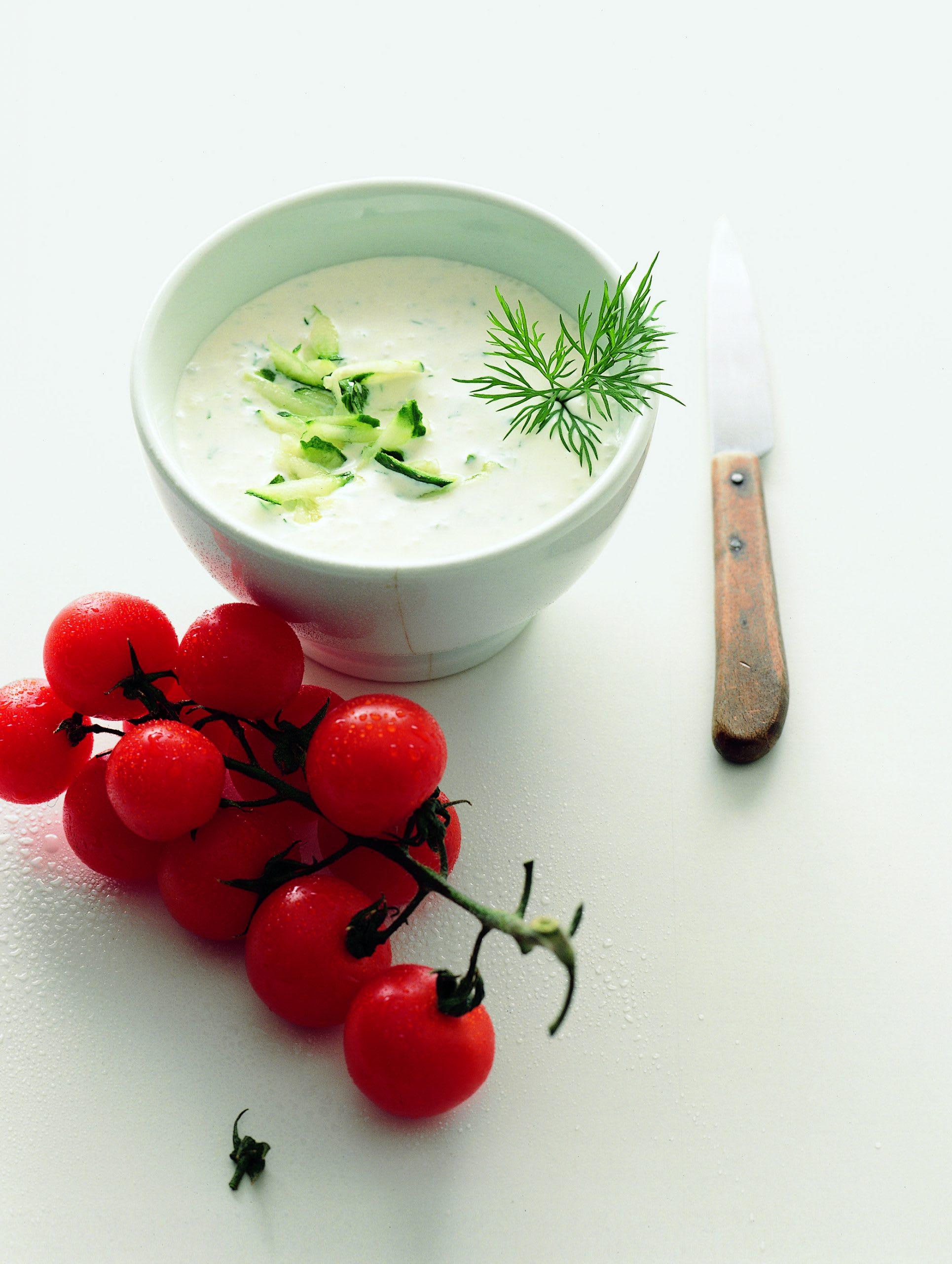 Joghurtsuppe mit Gurke und Cherrytomaten