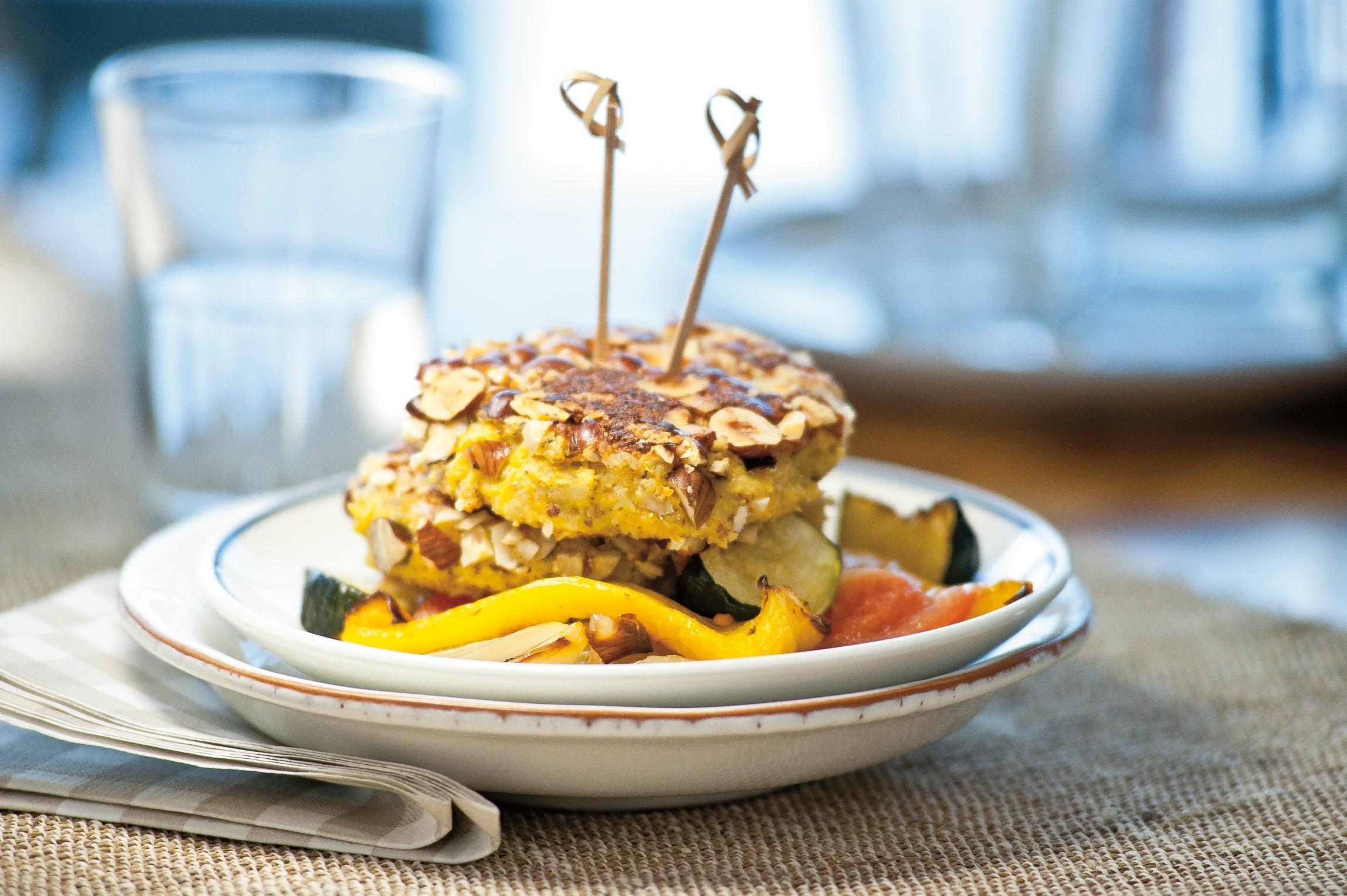 Käse-Nuss-Burger auf Ofen-Ratatouille