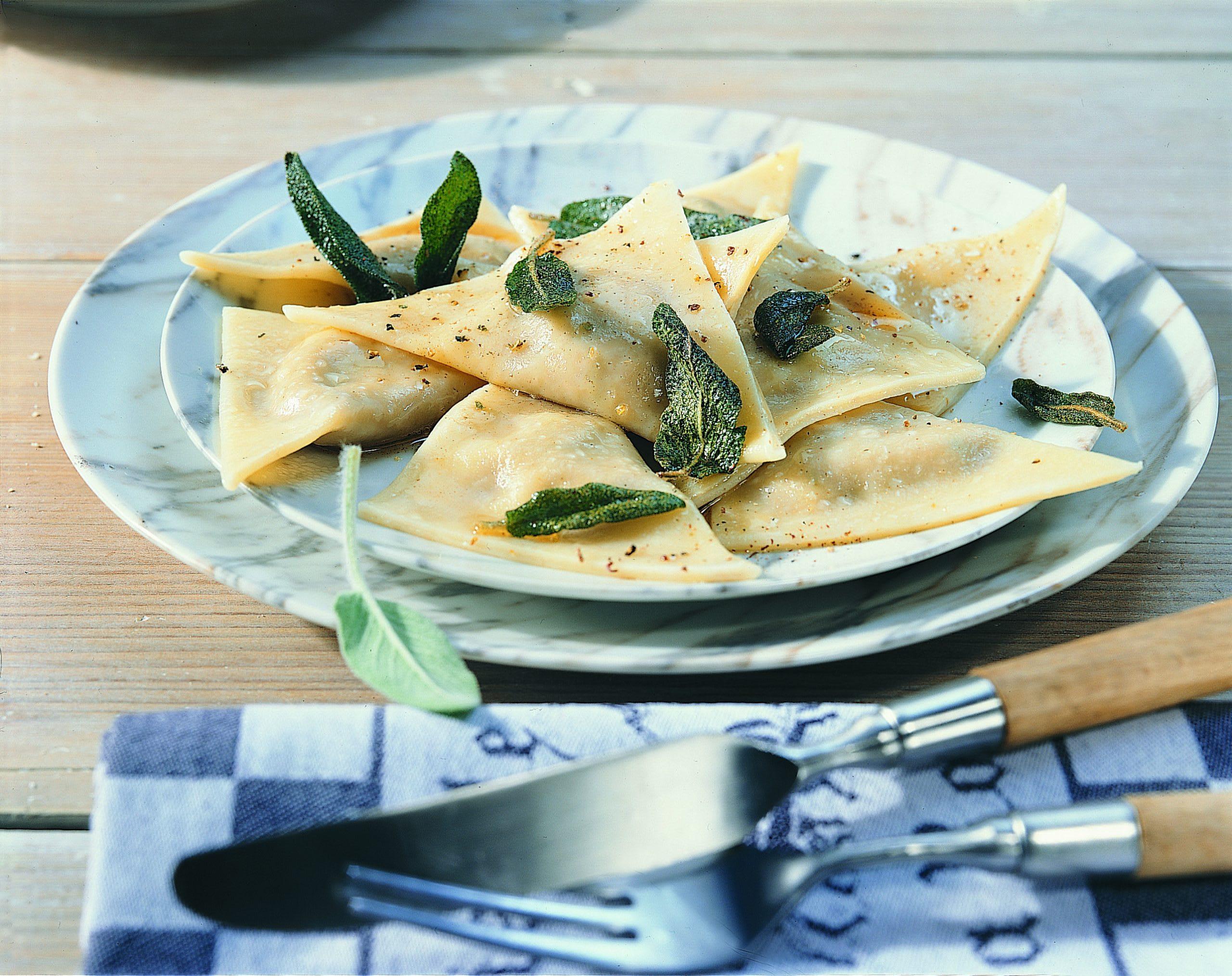 Käse-Nuss-Triangoli an Salbeibutter