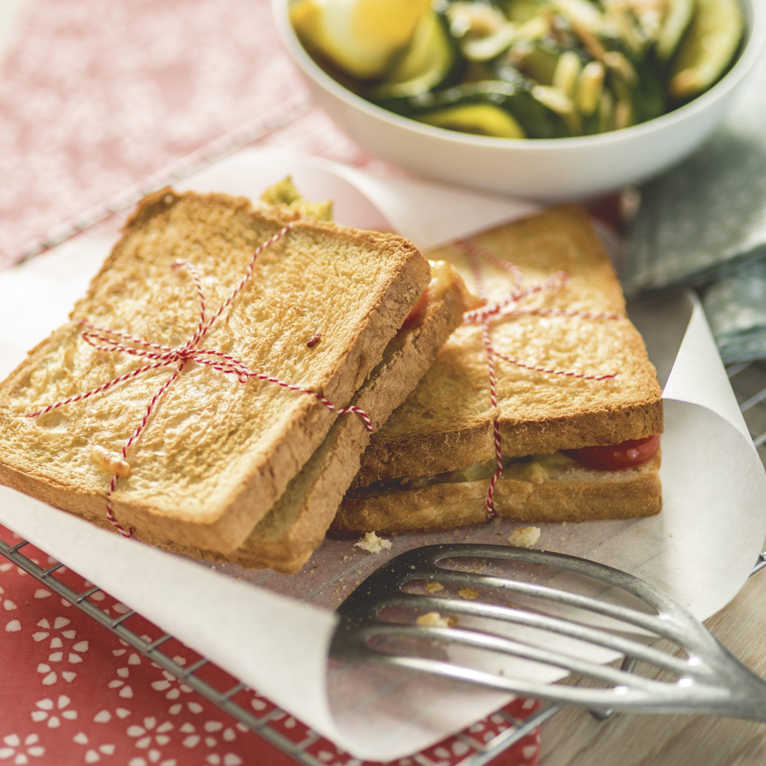 Käse-Päckchen mit Zucchini-Mandel-Salat