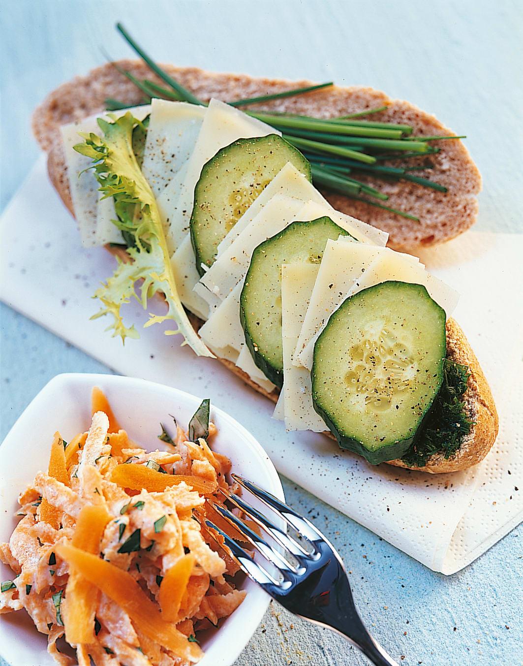 Sandwiches fromage et ciboulette avec salade de carottes
