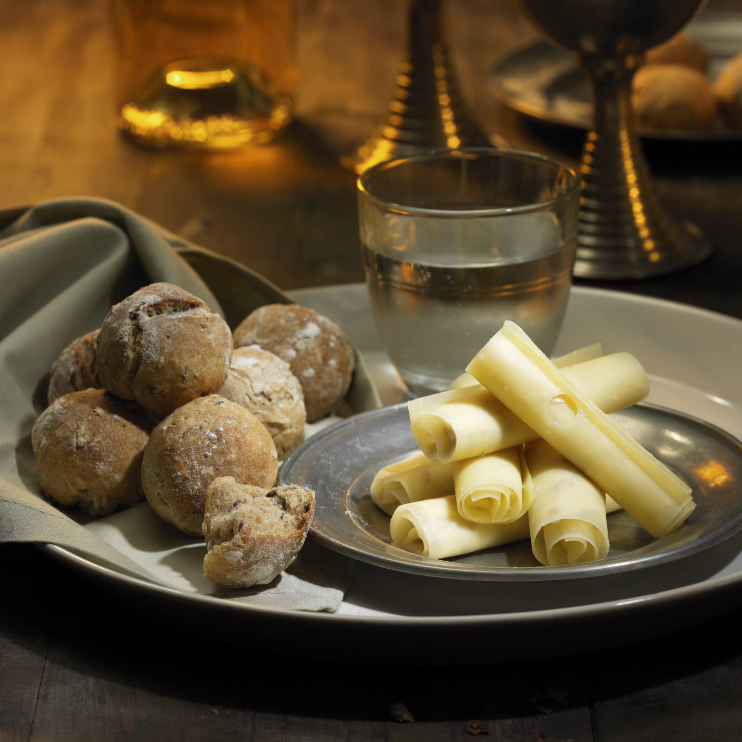 Rouleaux de fromage farcis à la crème de coing et petits pains aux céréales