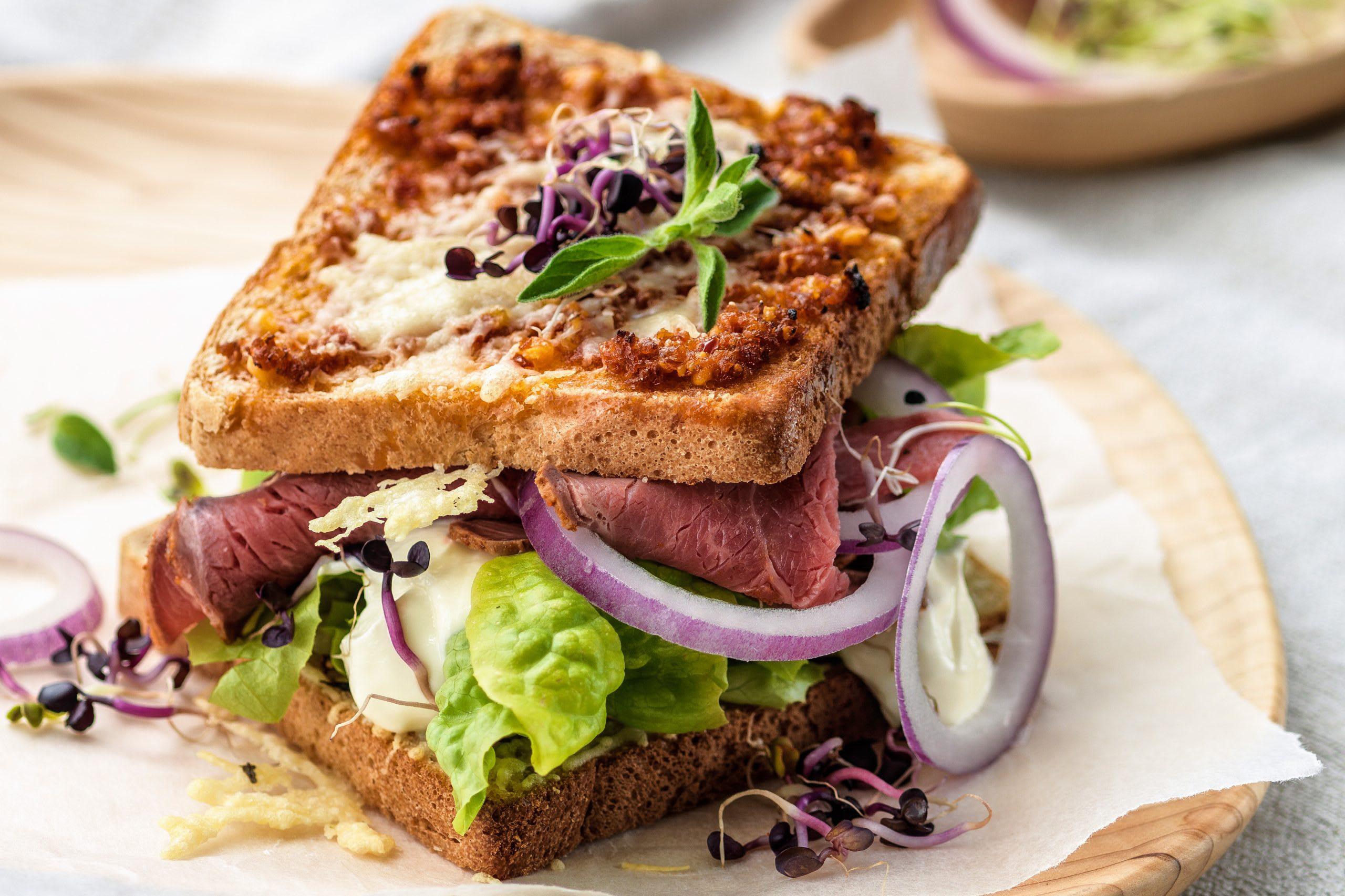 Sandwich au rosbif, toasts au pesto et au fromage