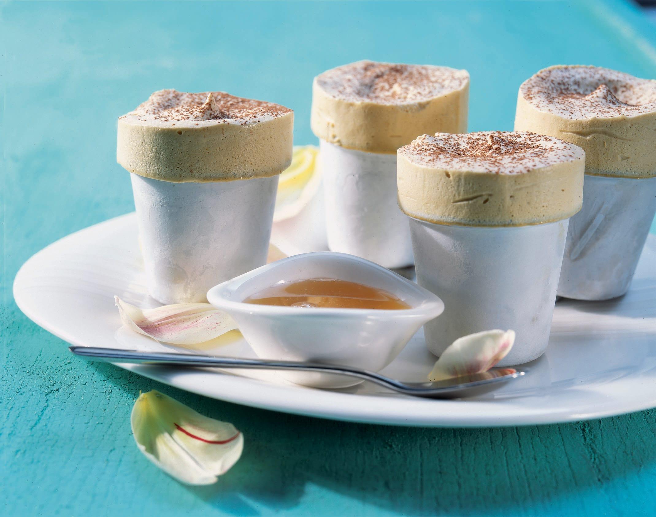 Kaffee-Parfait mit Waldmeister-Apfelsauce