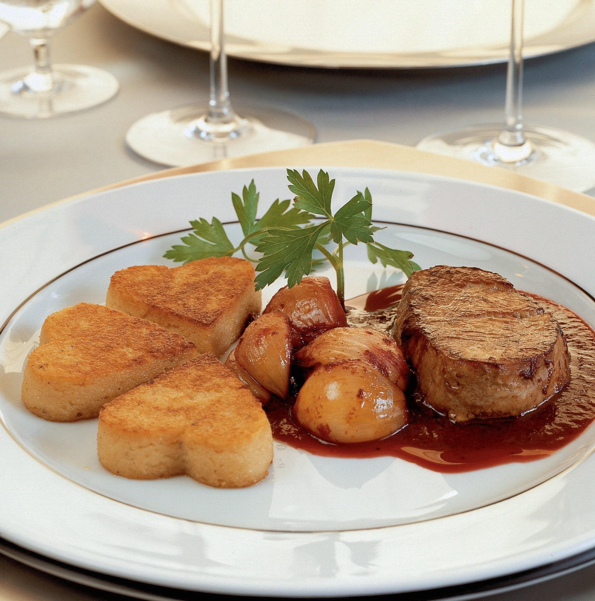 Kalbsfilet-Medaillons mit Schalotten-Rotwein-Sauce und Griess-Herzen