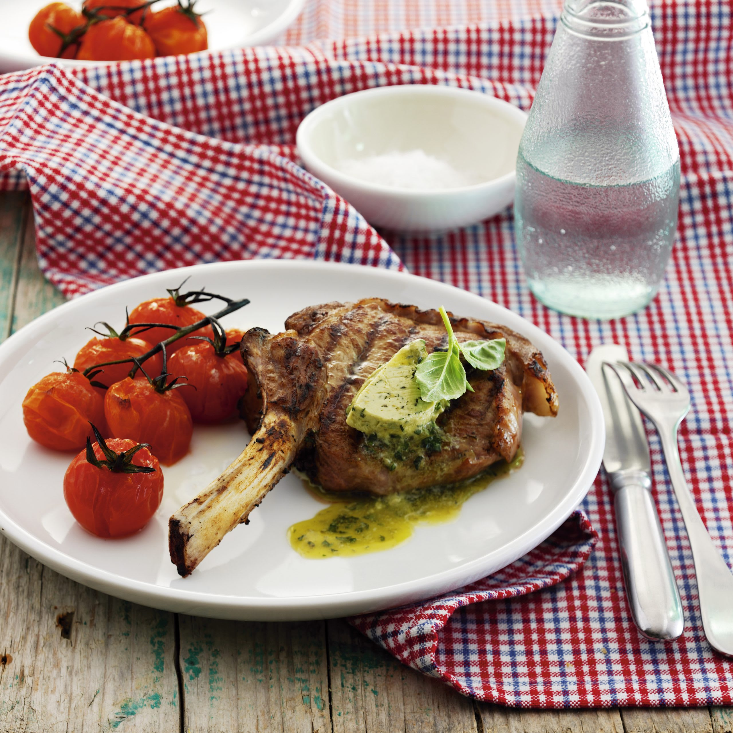 Côtelettes de veau aux tomates cerises grillées et beurre de basilic