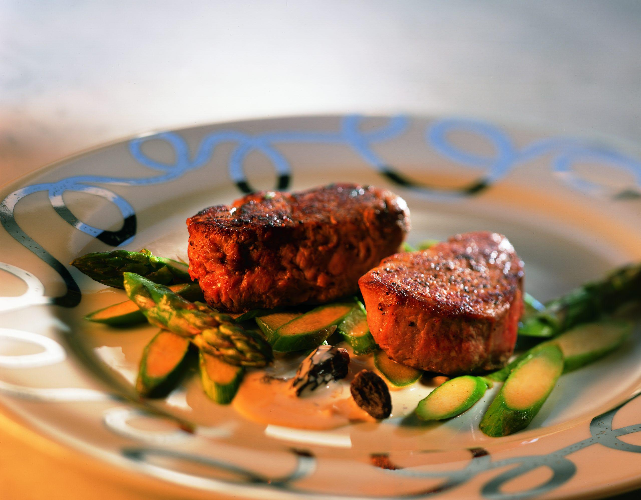 Médaillons de veau aux asperges vertes et sauce aux morilles