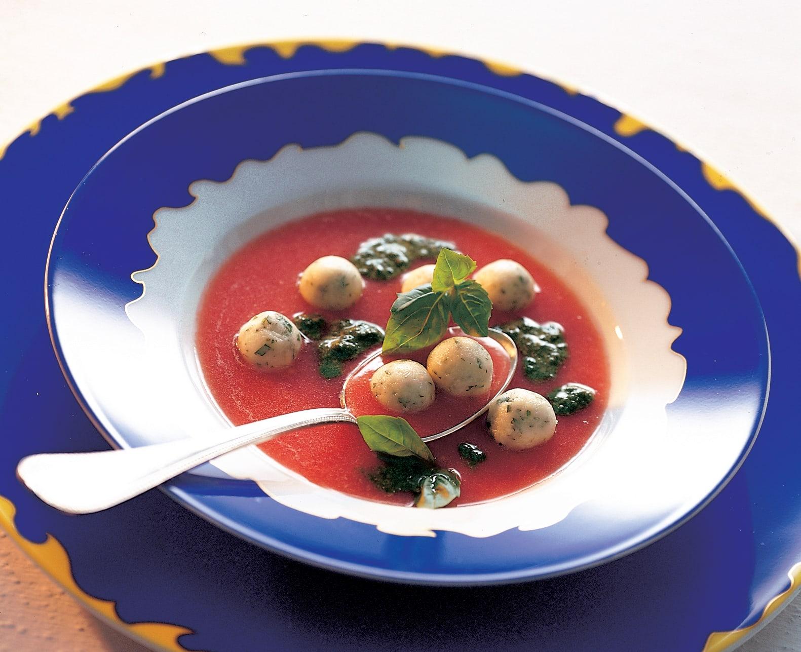 Potage froid aux tomates garni de boulettes de fromage de brebis