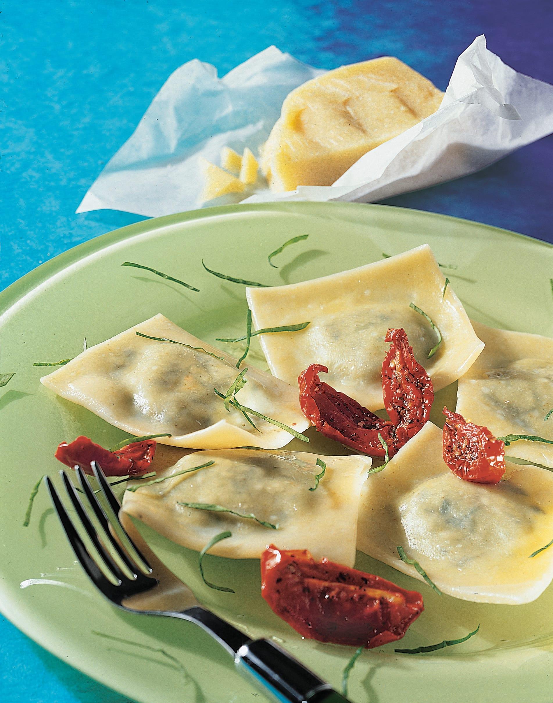 Ravioli aux pommes de terre et à l'ail des ours avec tomates séchées et sbrinz