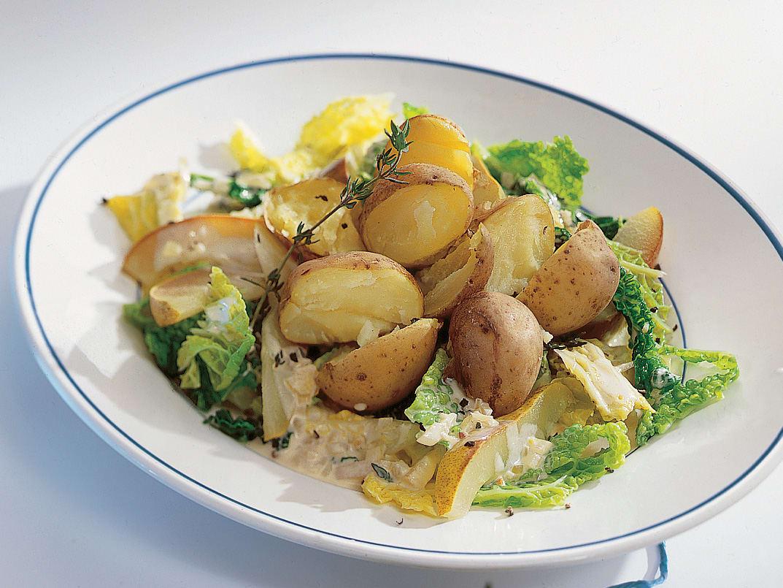 Kartoffeln auf Wirz-Birnen-Gemüse