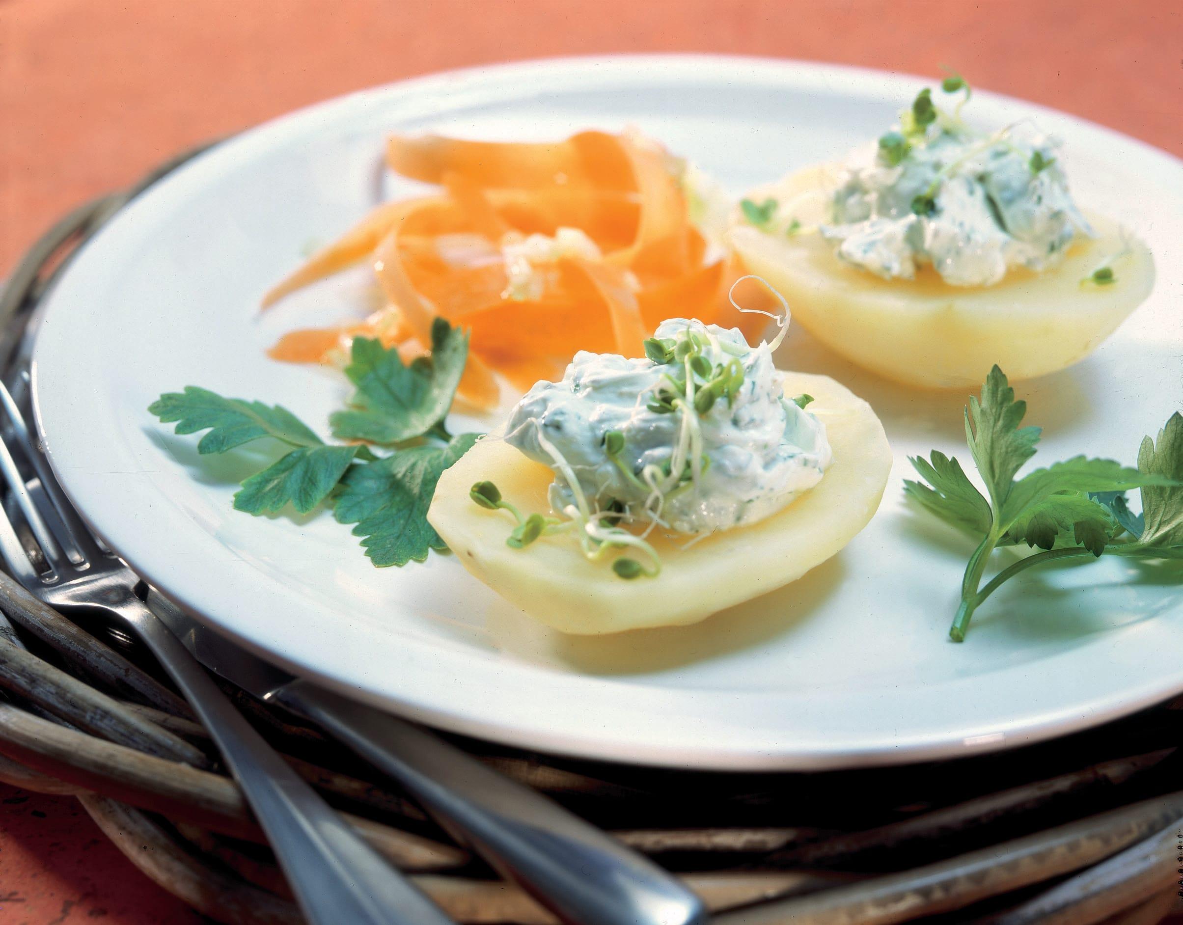 Kartoffeln mit Frischkäse-Dip und Rüebli
