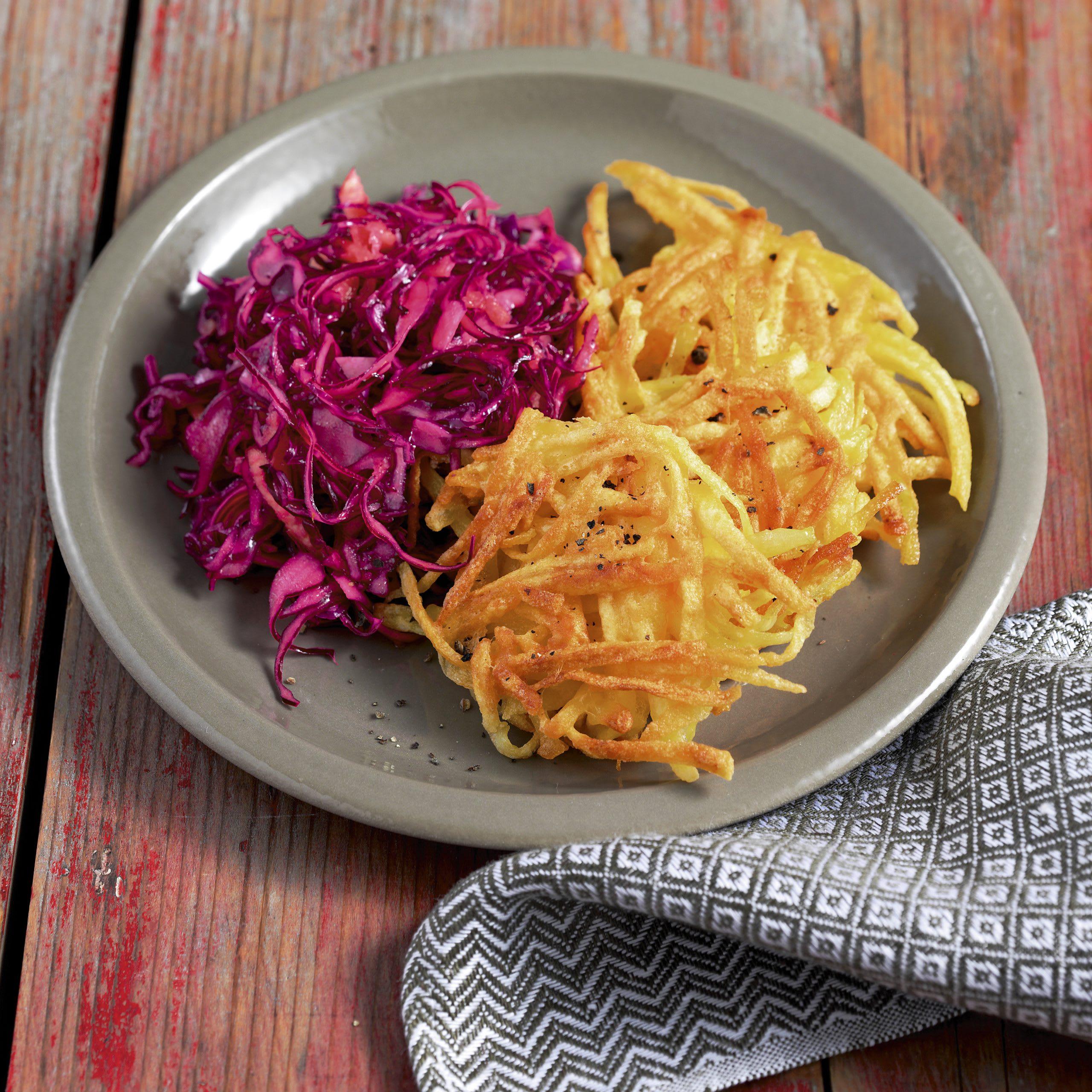 Galettes de pommes de terre et salade de chou