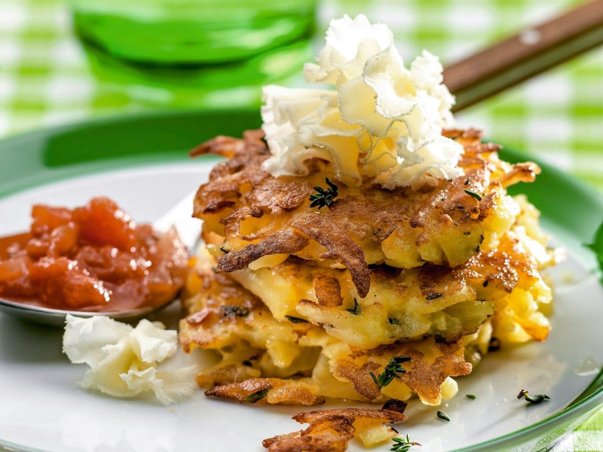 Kartoffeltätschli mit Tomatensauce und Tête de Moine