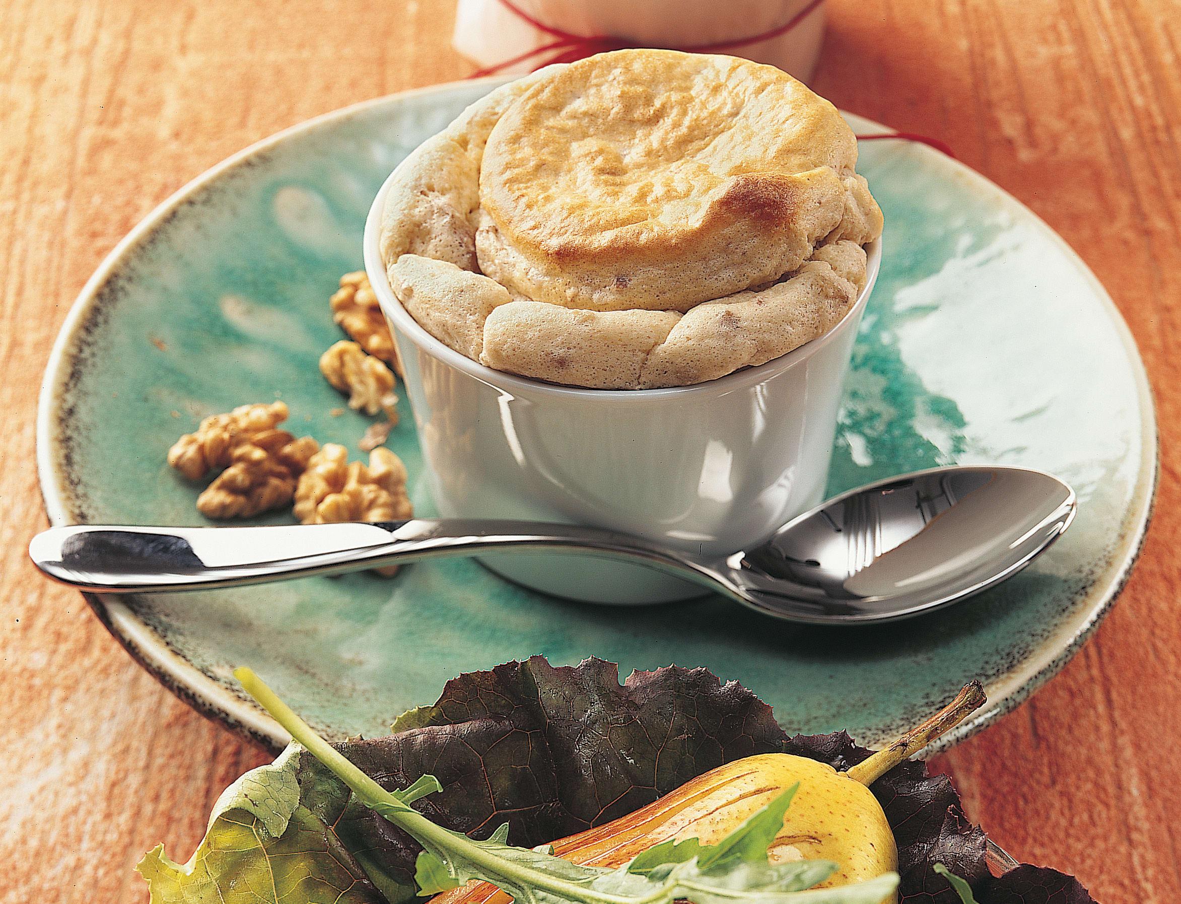 Kastaniensoufflé mit herbstlich garniertem Blattsalat