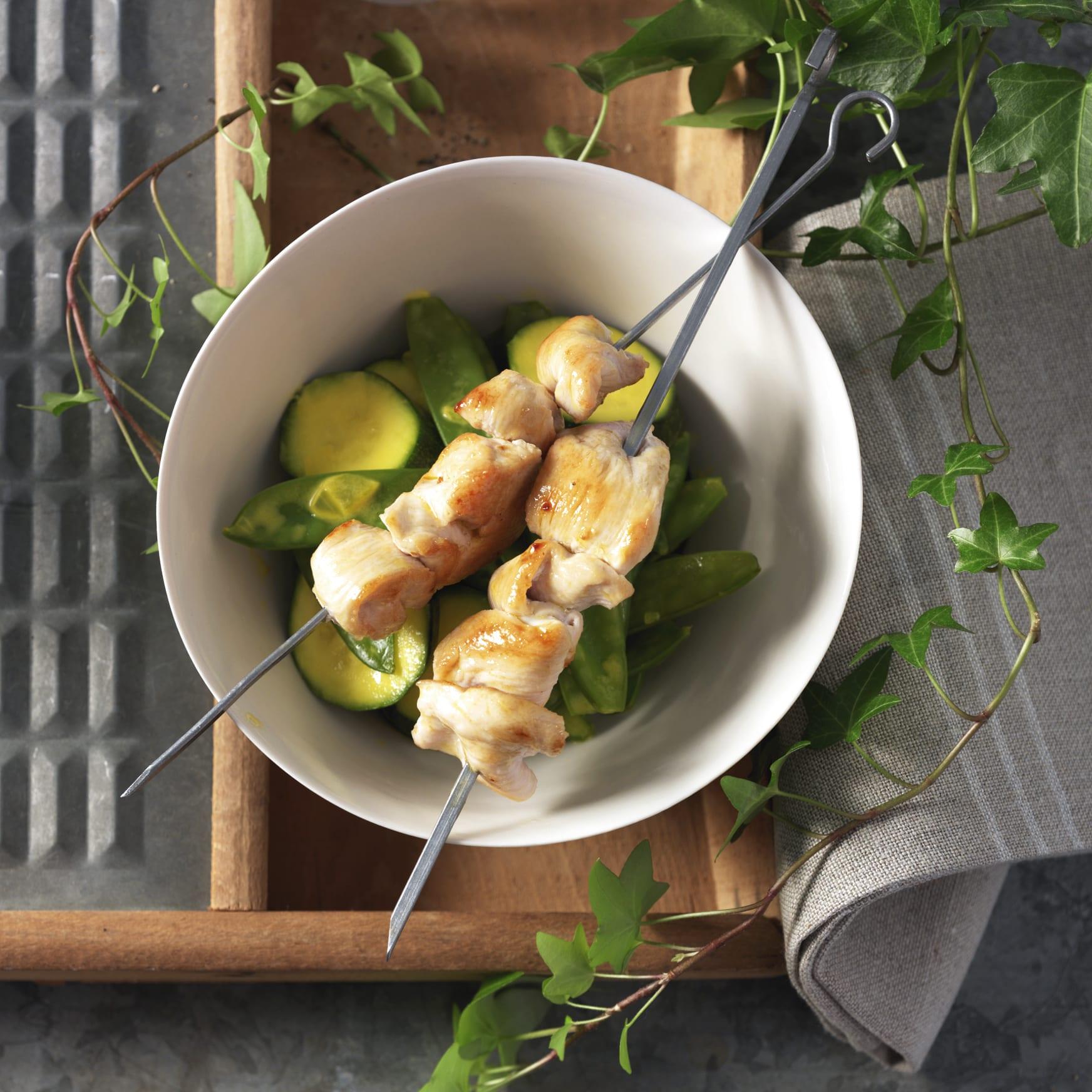 Duo de pois mange-tout et de courgettes et brochettes de poulet