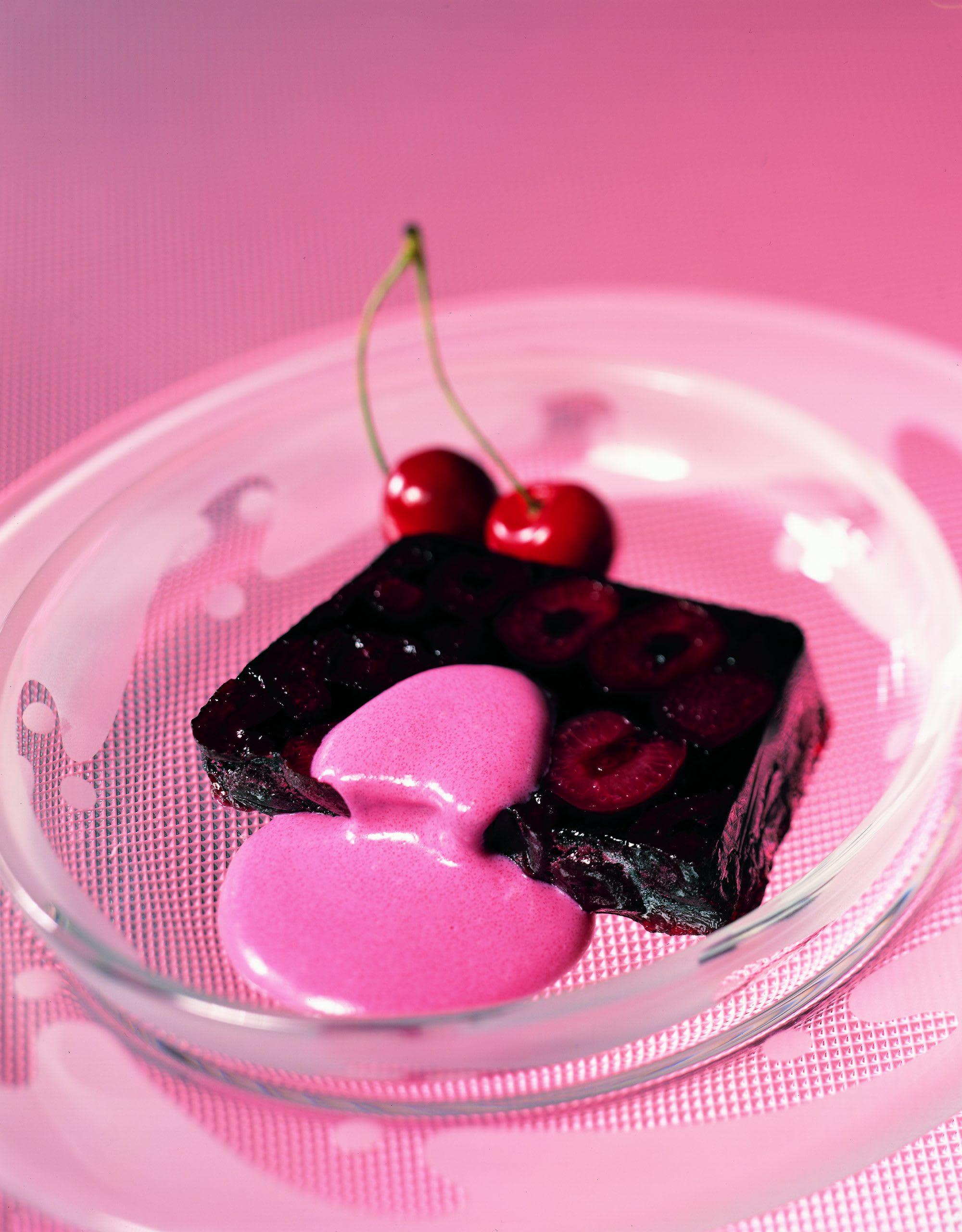 Kirschenterrine an rosa Schokoladensauce