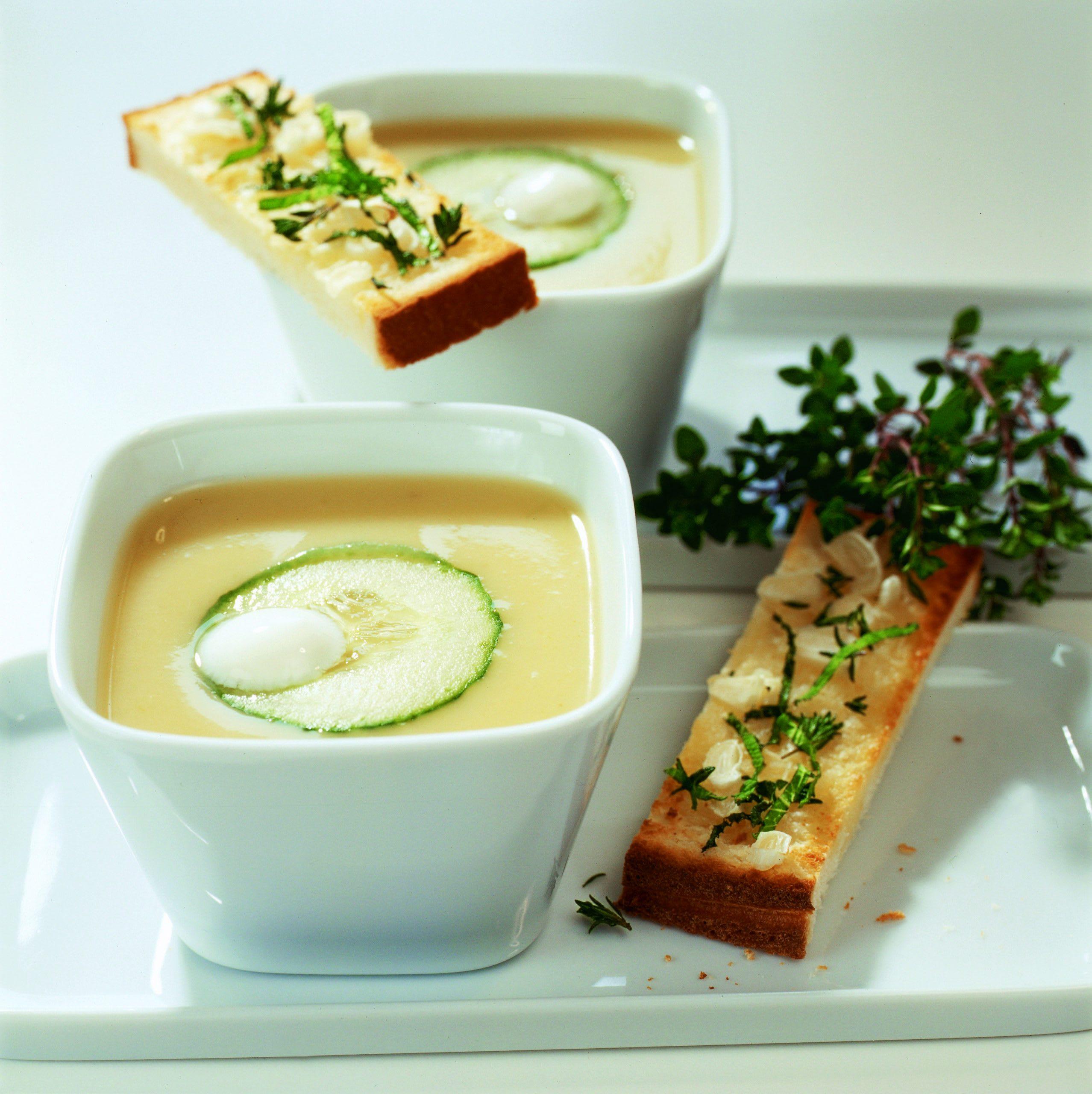 Soupe à l'ail et au concombre et son croustillant aux herbes