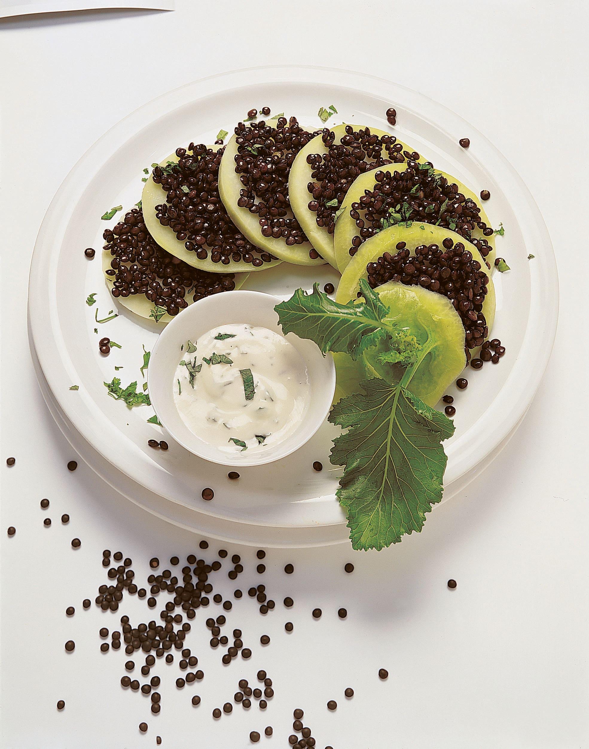 Kohlrabi-Linsen-Türmchen mit Kräuterrahmsauce