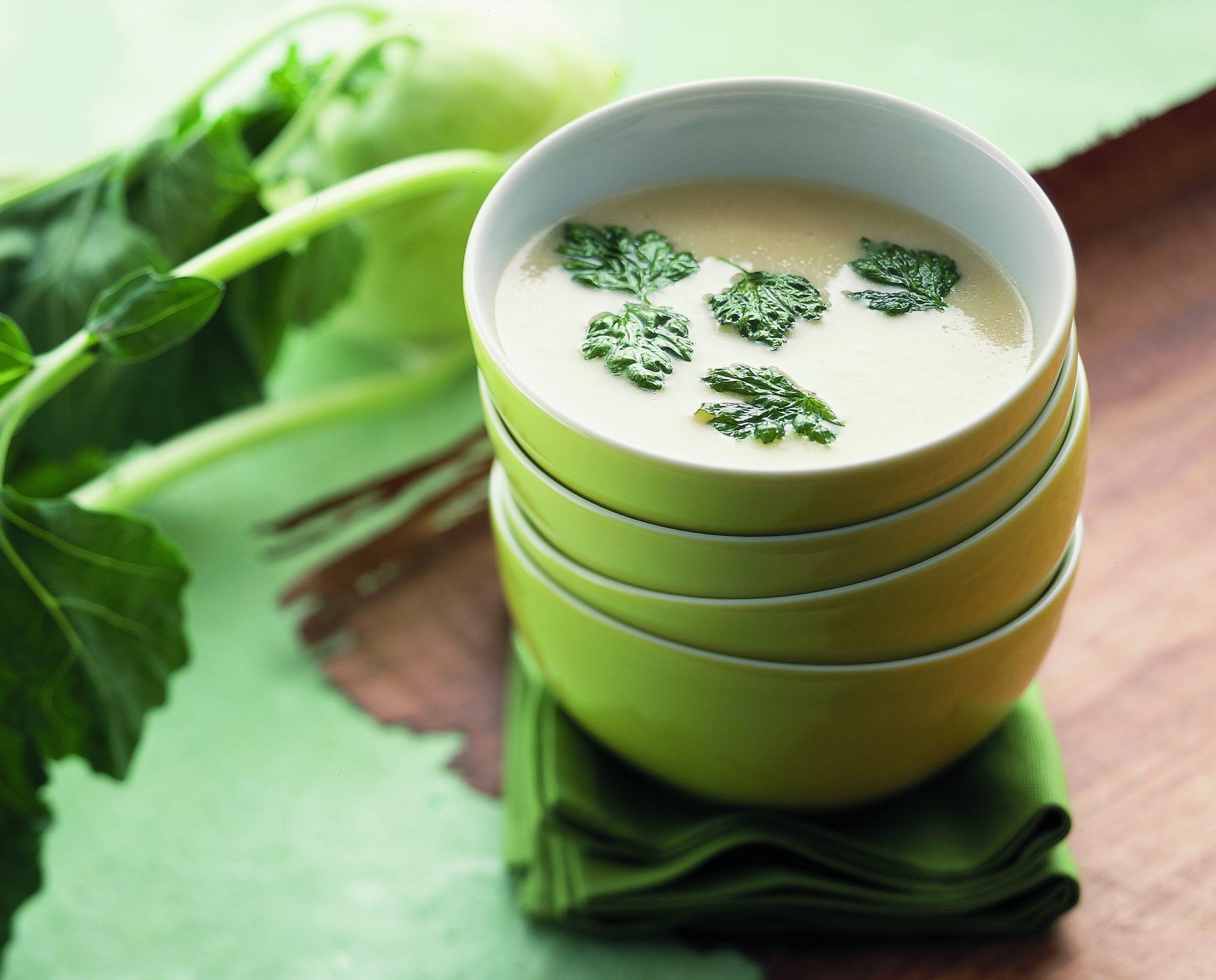Kohlrabicrèmesuppe mit gebackener Petersilie