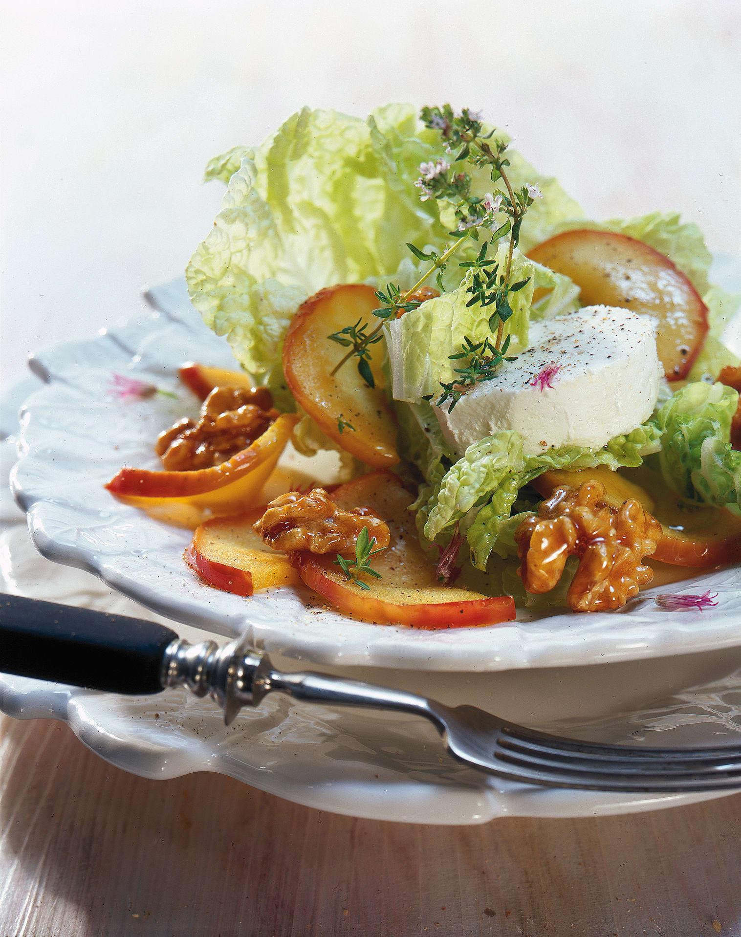 Kohlsalat mit Nuss, gedämpftem Apfel und Formaggini