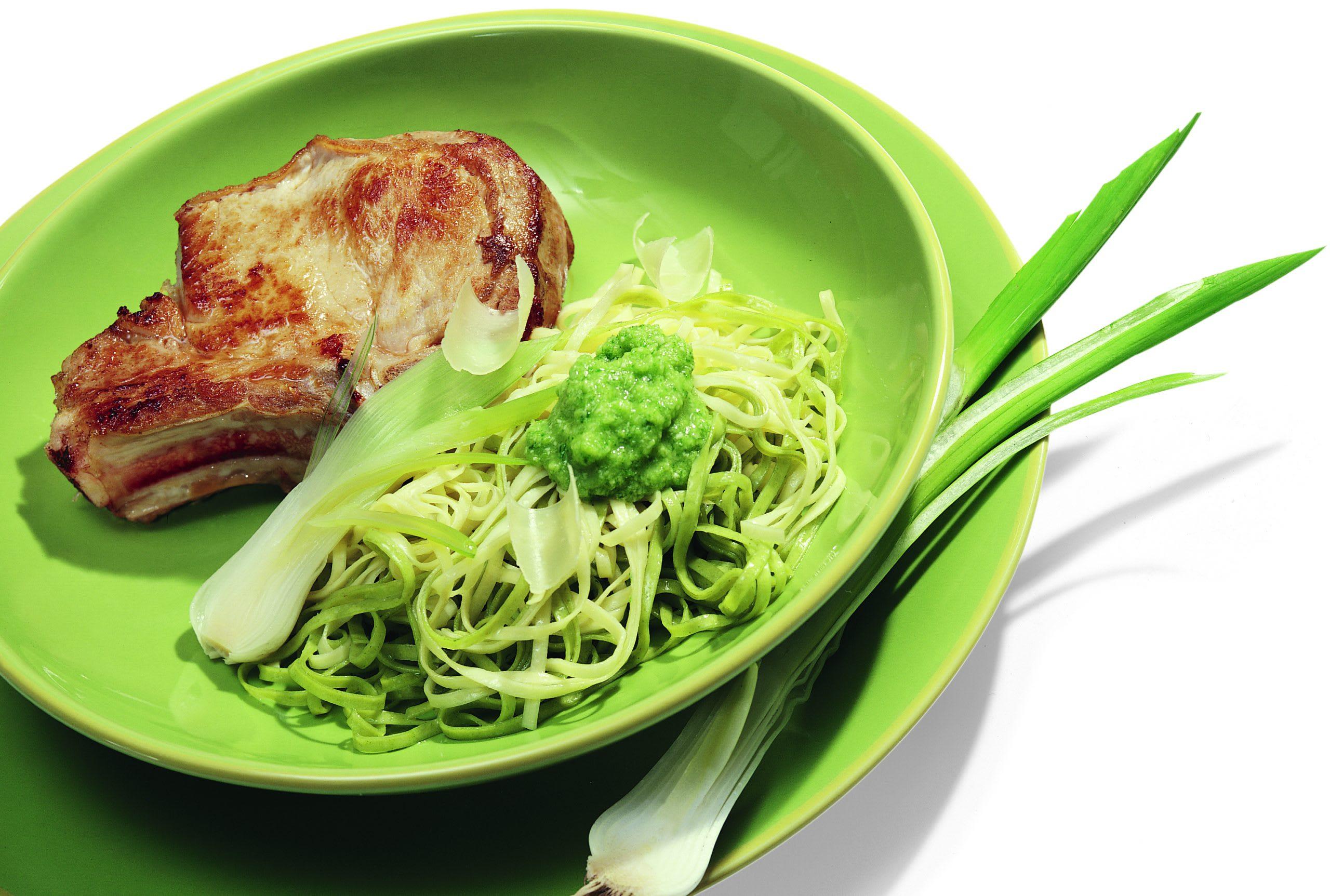 Koteletts mit Nüdeli und Bundzwiebel-Pesto