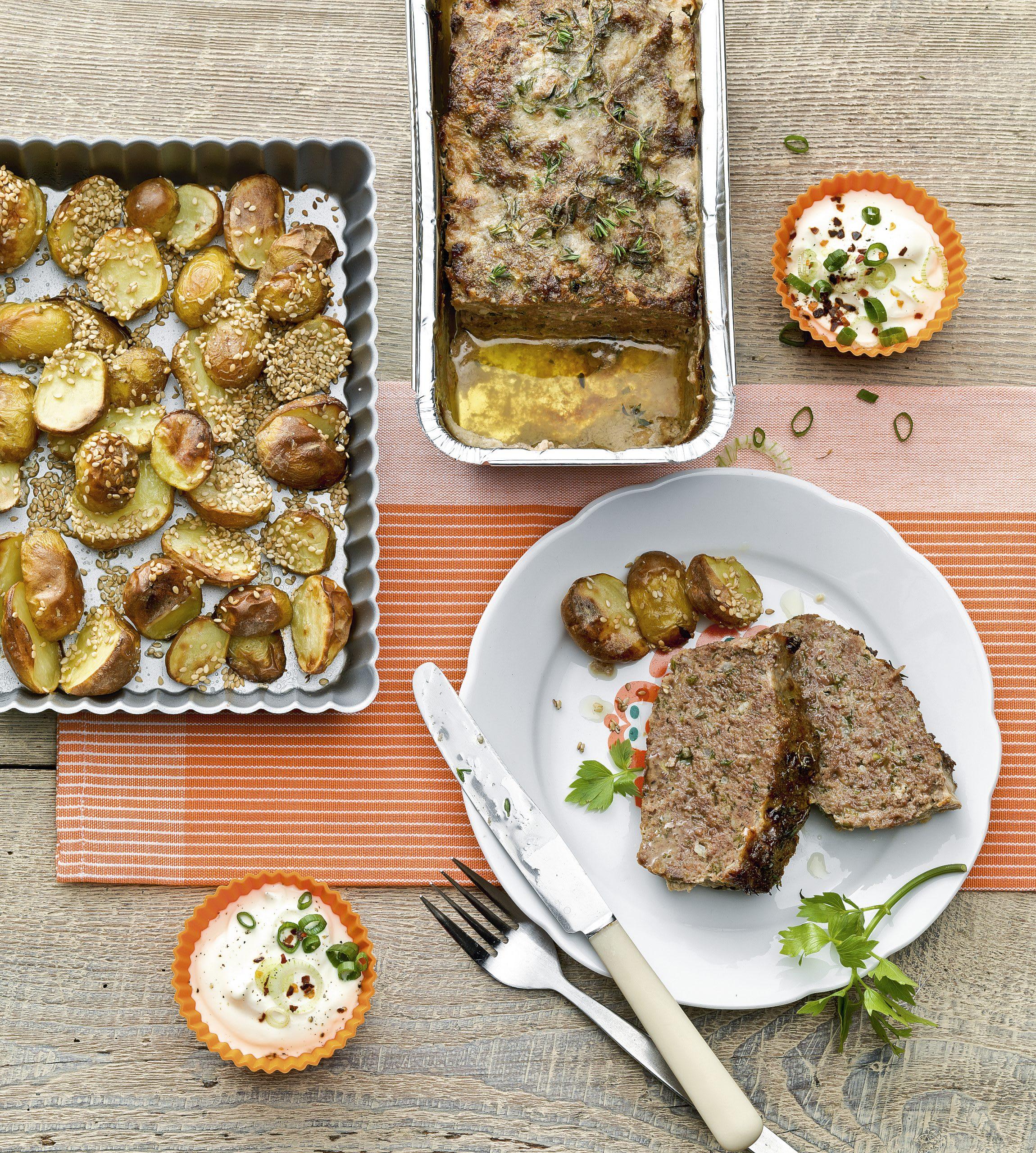 Kräuter-Hackbraten mit Sesam-Kartoffeln und Dip