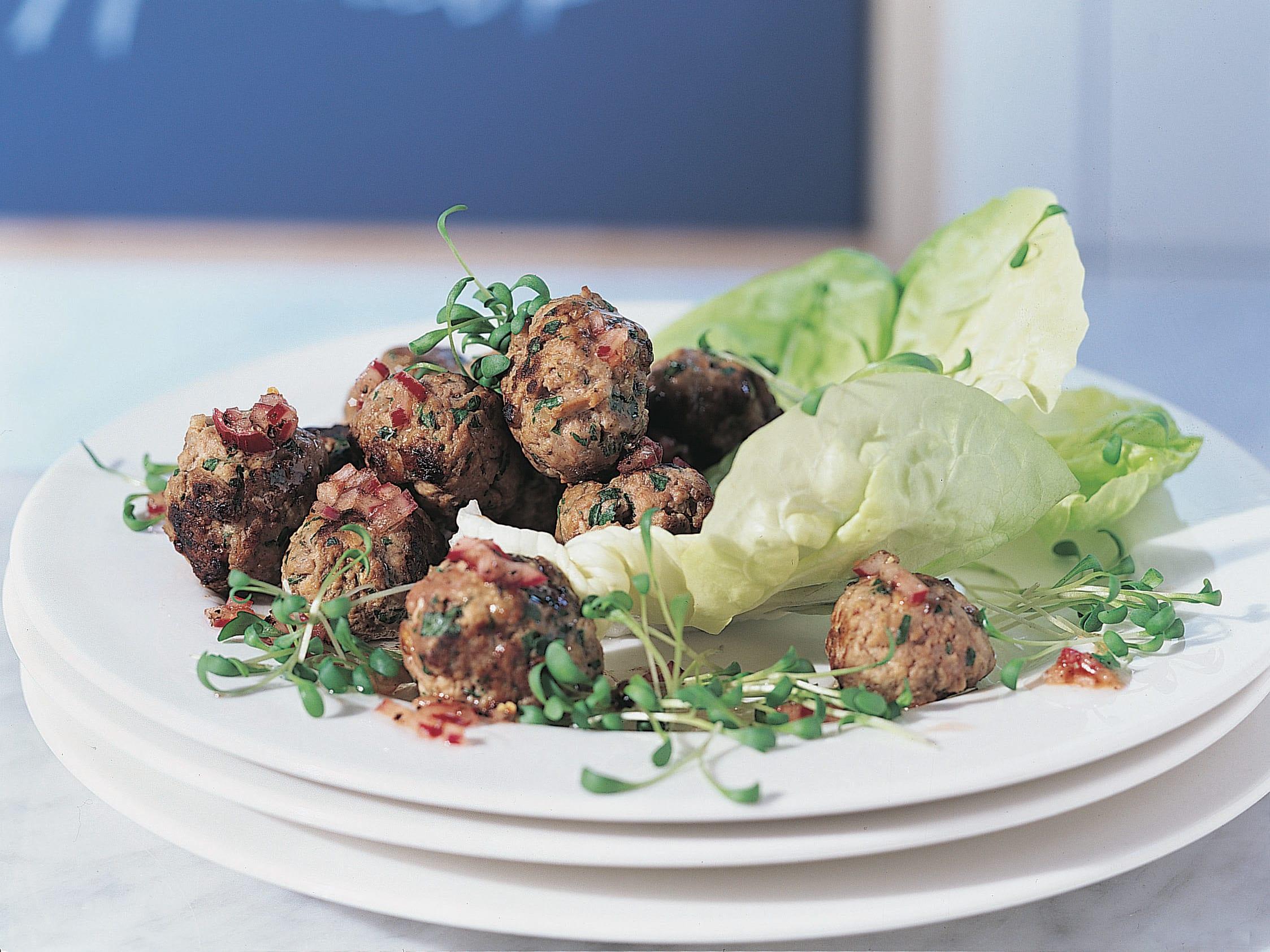 Kresse-Hackfleischbällchen mit Kopfsalat